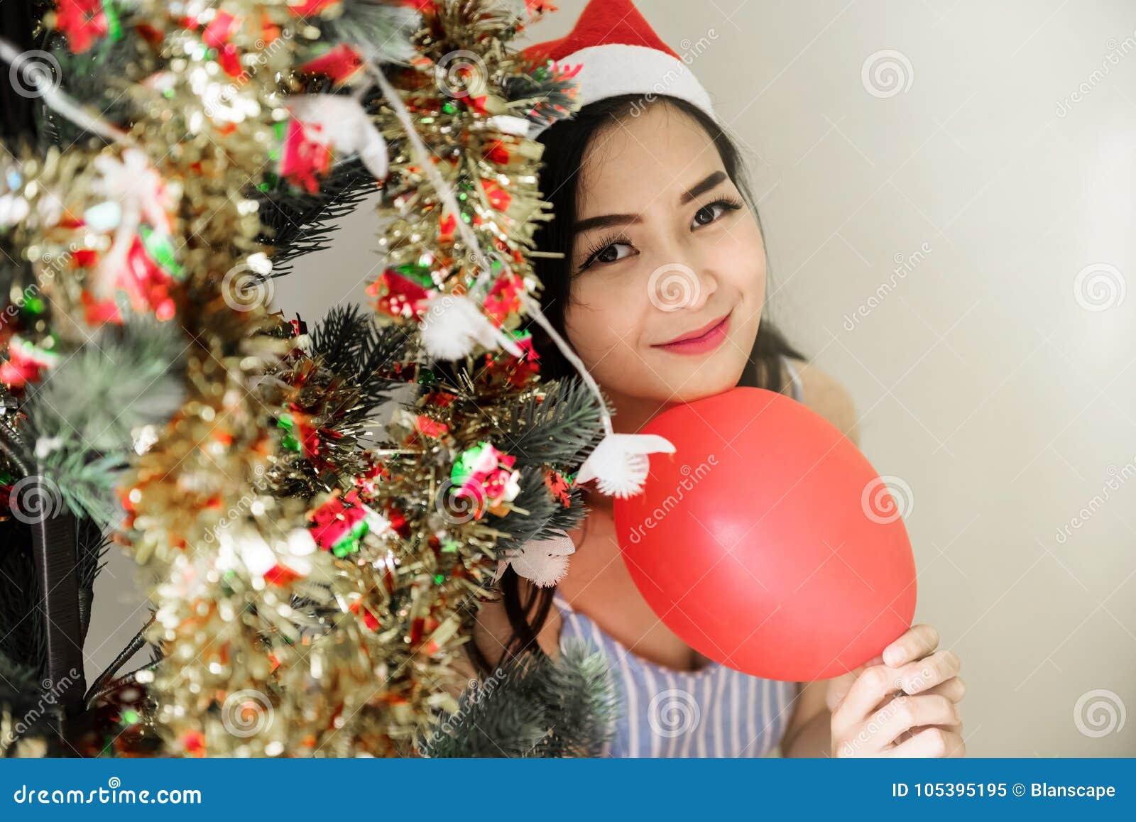 Красивая женщина на рождественской елке