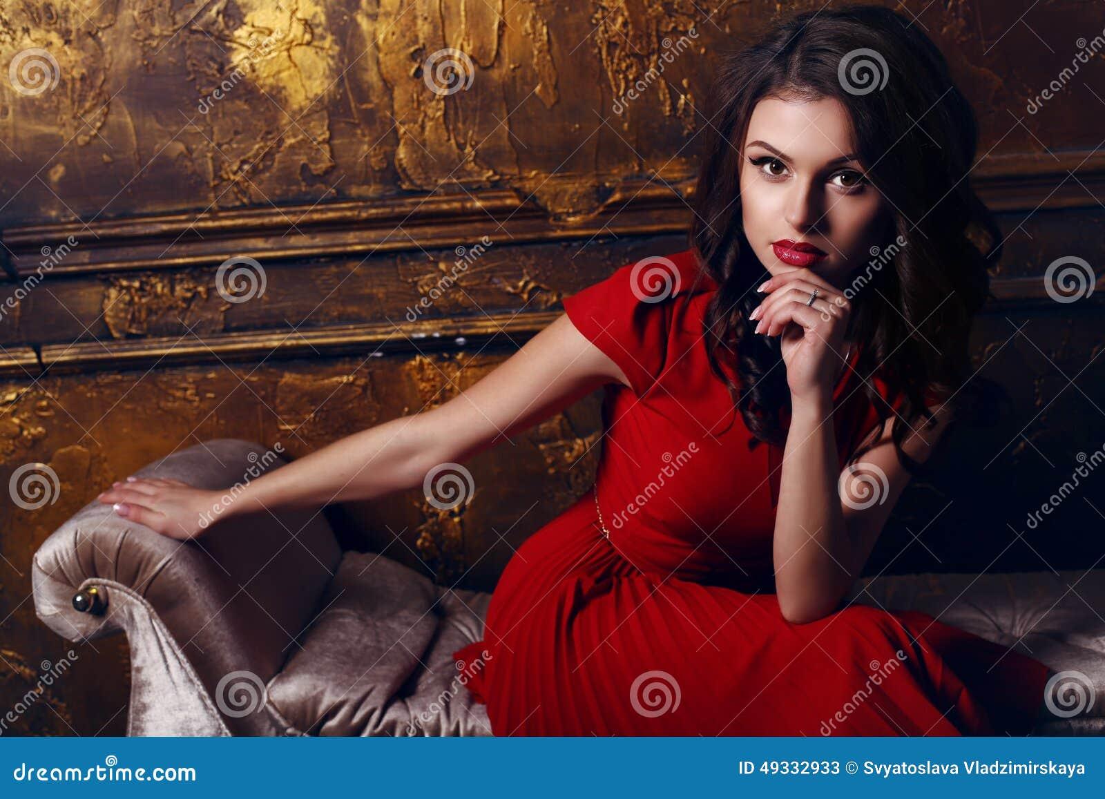 Фото девушка снимает красное платье