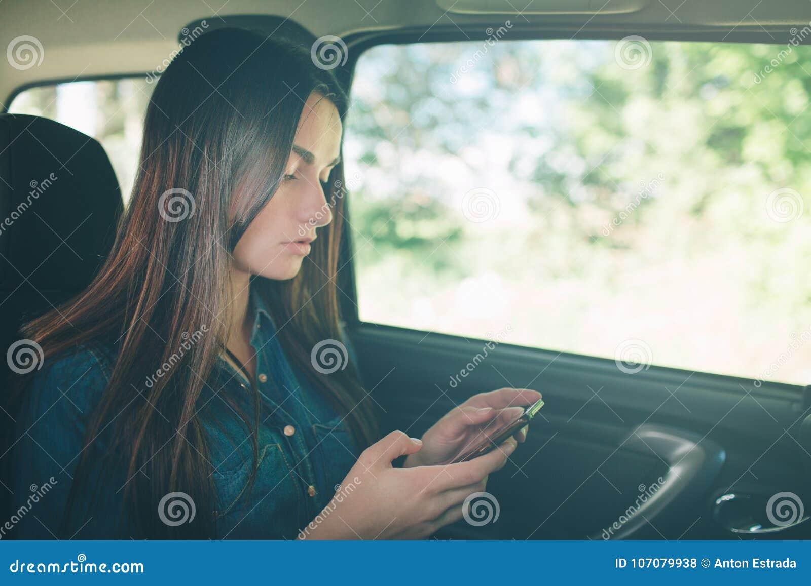 Девушки на задних сидениях в машине фото 1