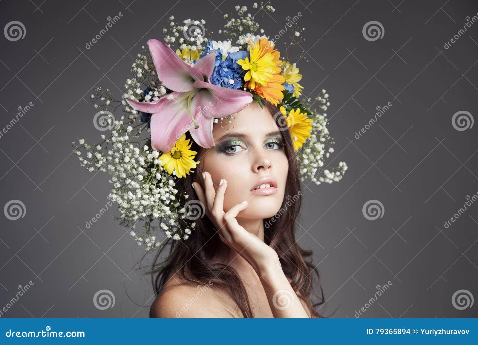 Красивая женщина с венком цветка на ее голове