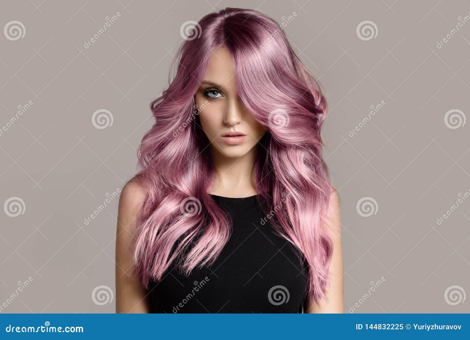 Красивая женщина с длинными волнистыми крася волосами