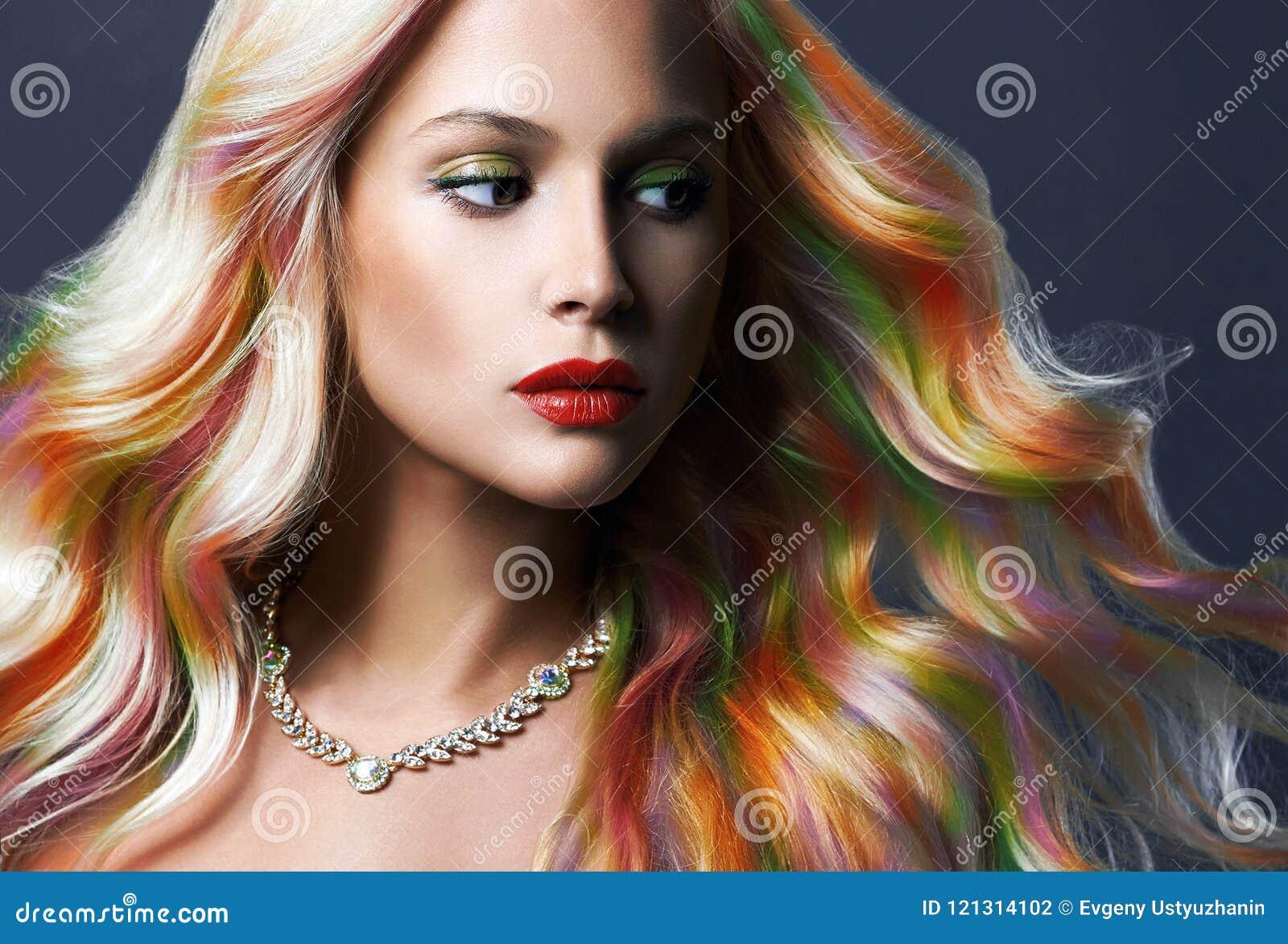 Красивая женщина с красочными волосами и ювелирными изделиями