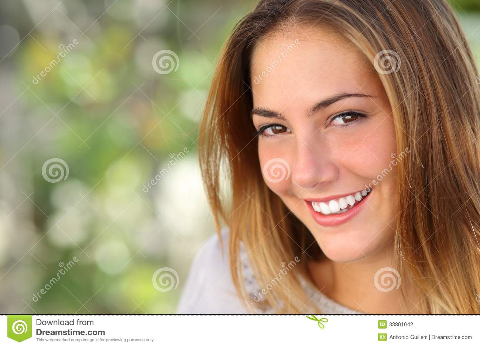 Красивая женщина с улыбкой забеливать совершенной