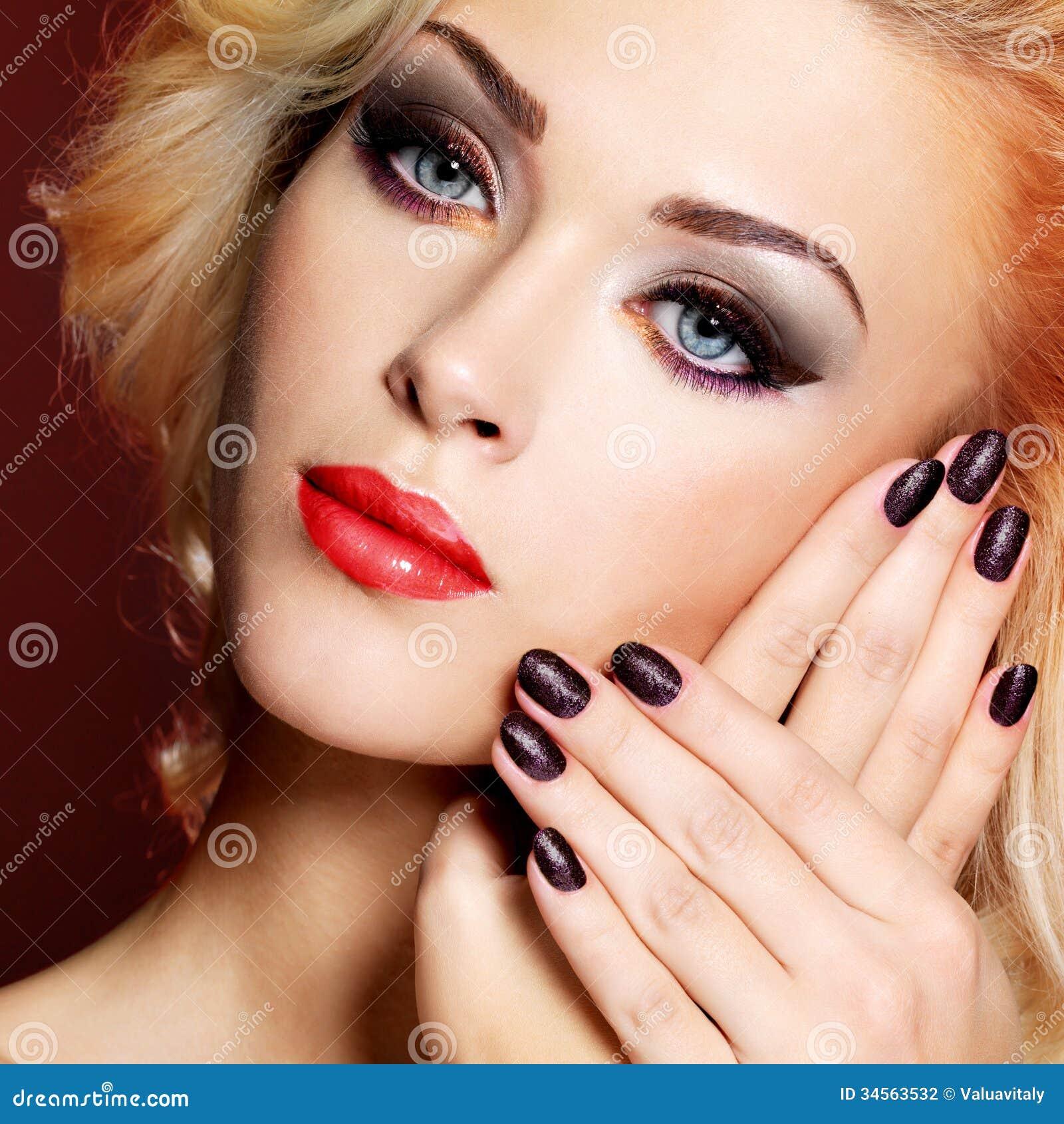 Фото девушка с красными губами