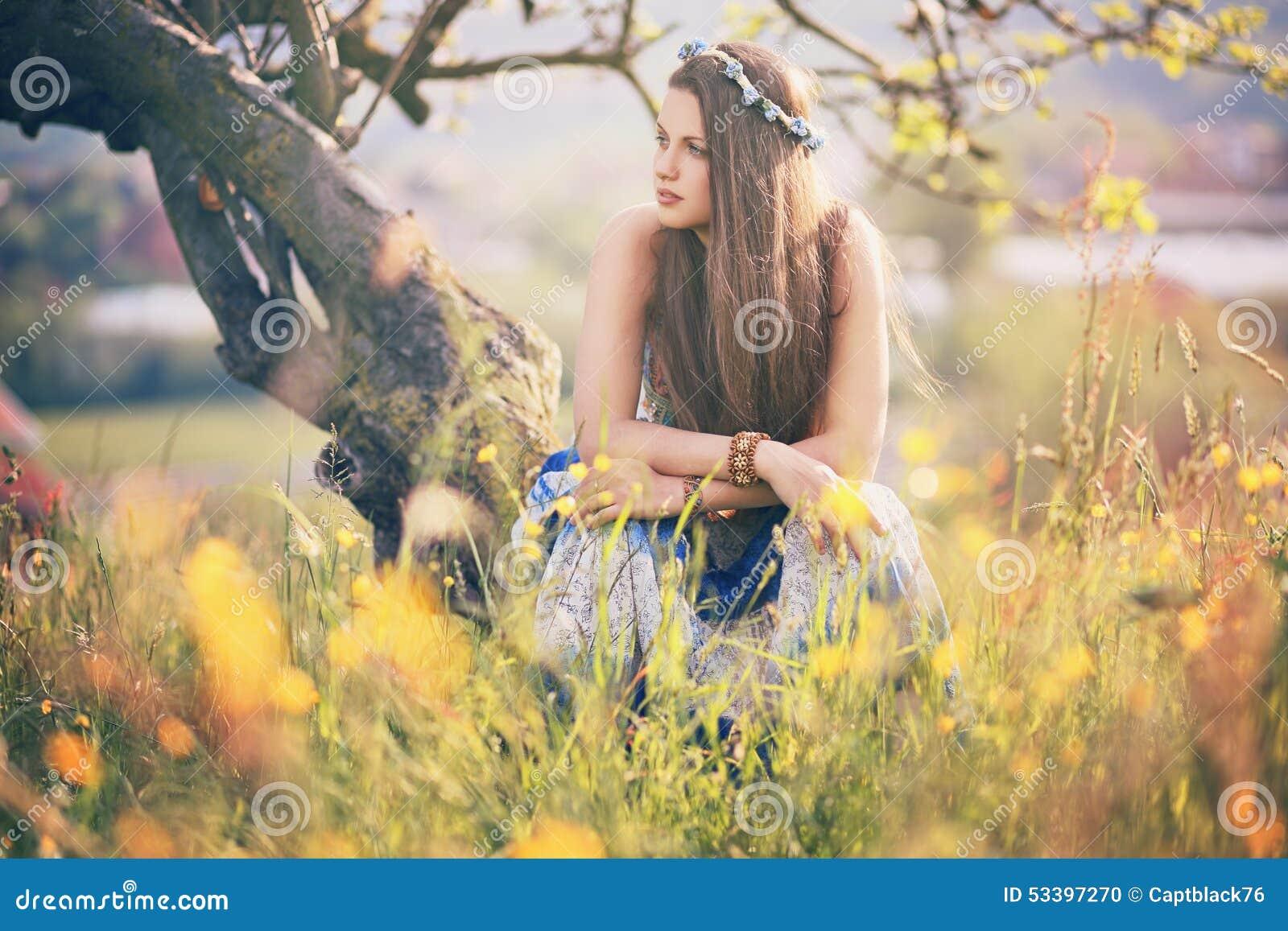 Красивая женщина hippie с цветками лета