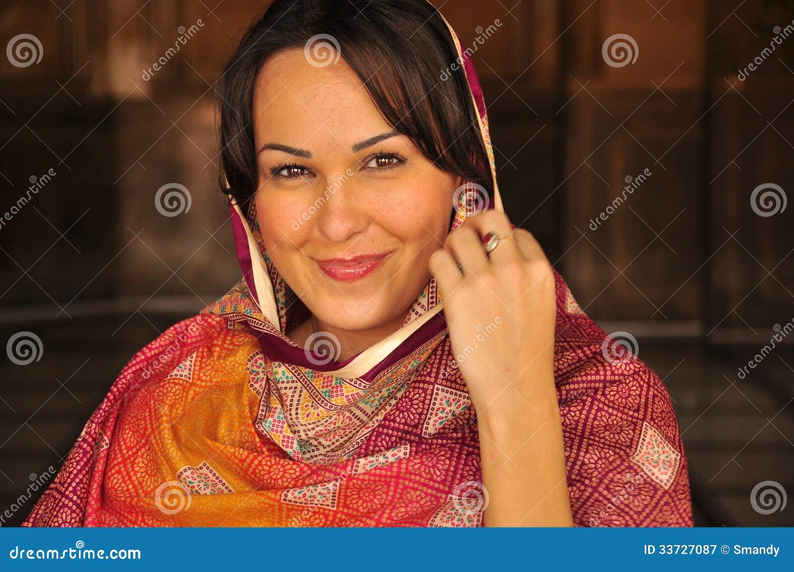 Красивая завуалированная женщина