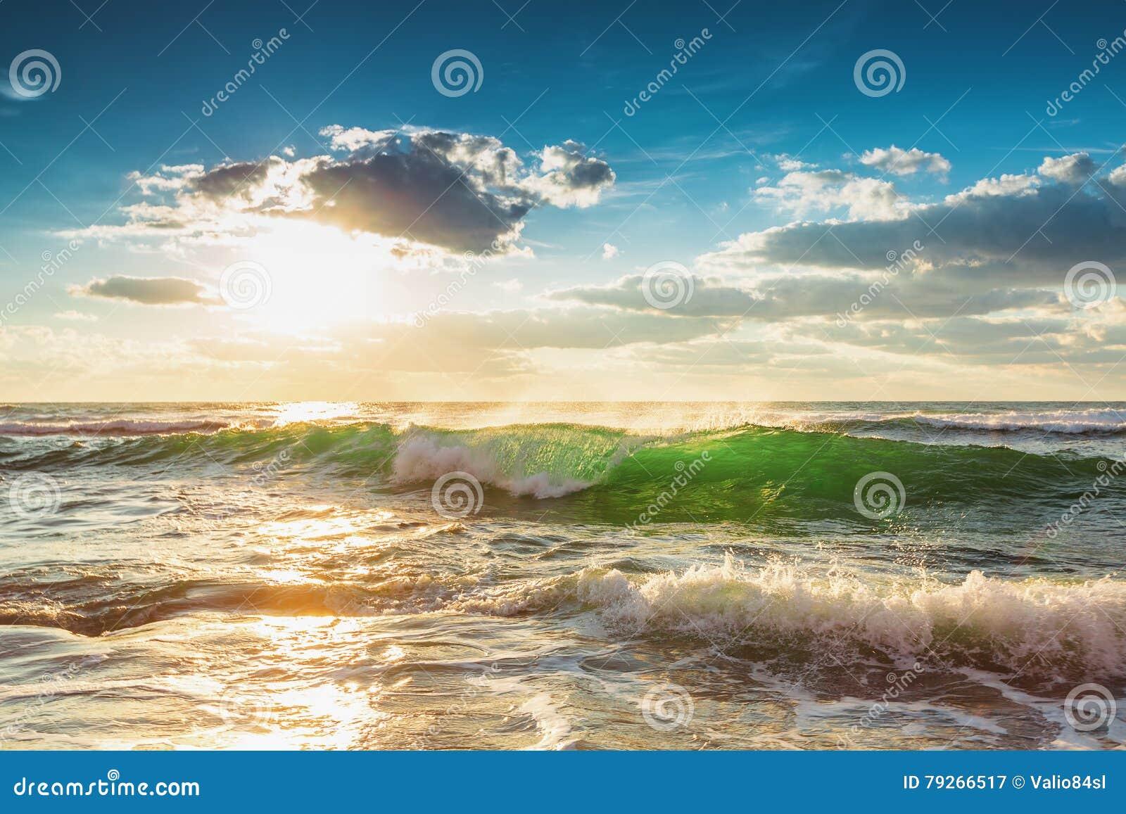 Красивая зеленая волна восхода солнца