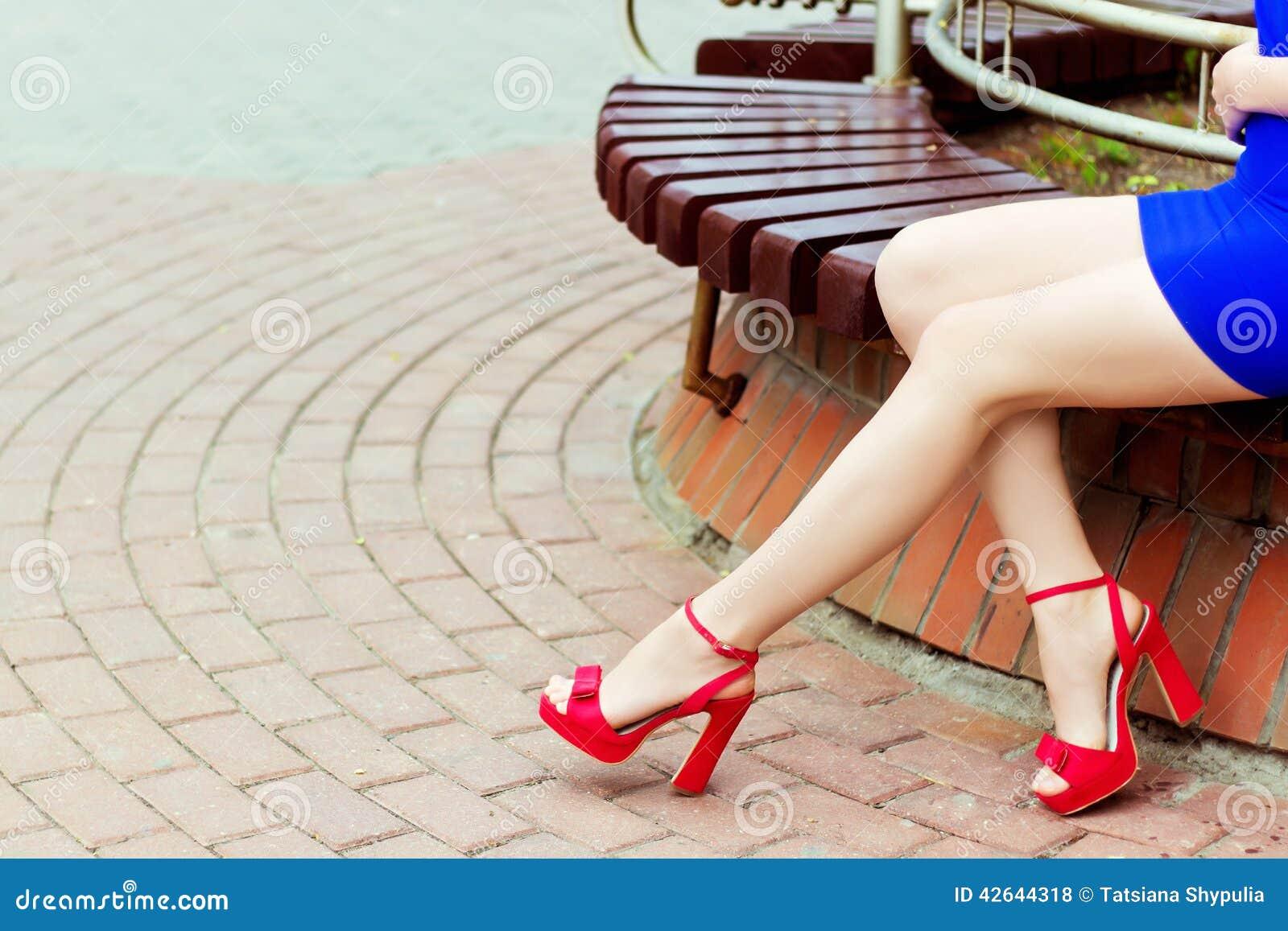 Девушка в красных ботинках фото