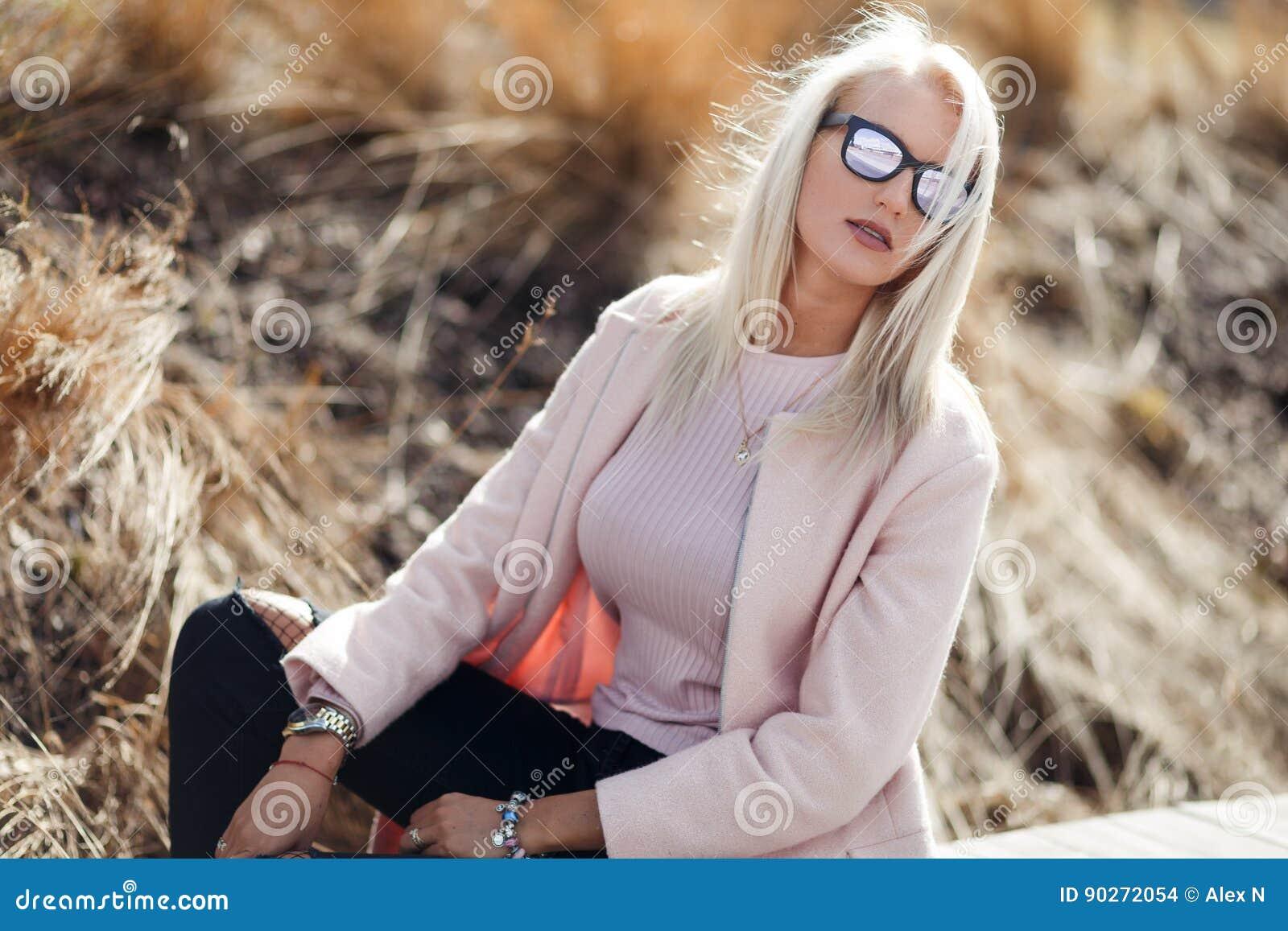 krasivoe-foto-blondinki-v-ochkah-video-dve-podrugi-zastavili-parnya-lizat-nogi