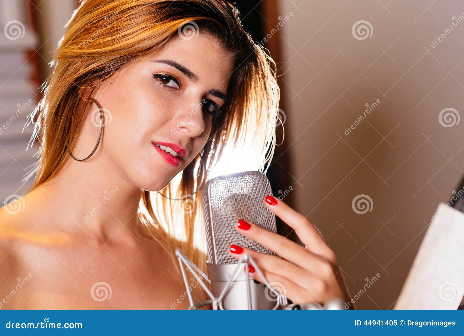 Красивая испанская певица