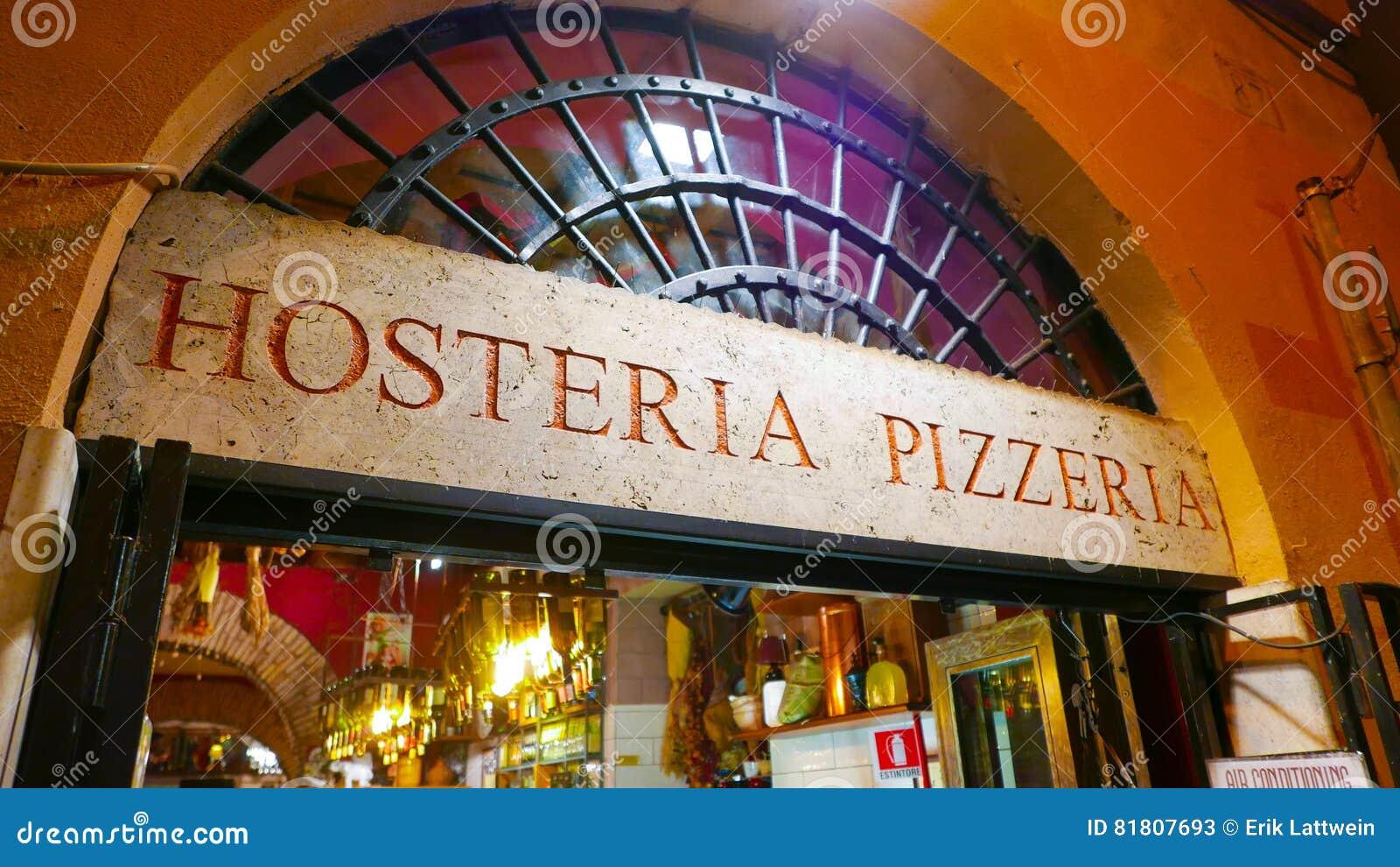 Красивая итальянская пиццерия стиля в историческом районе в Риме