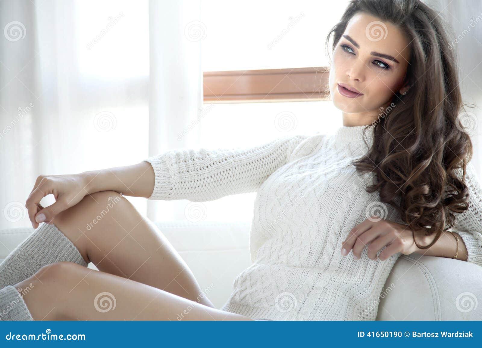 Красивая и сексуальная женщина в свитере