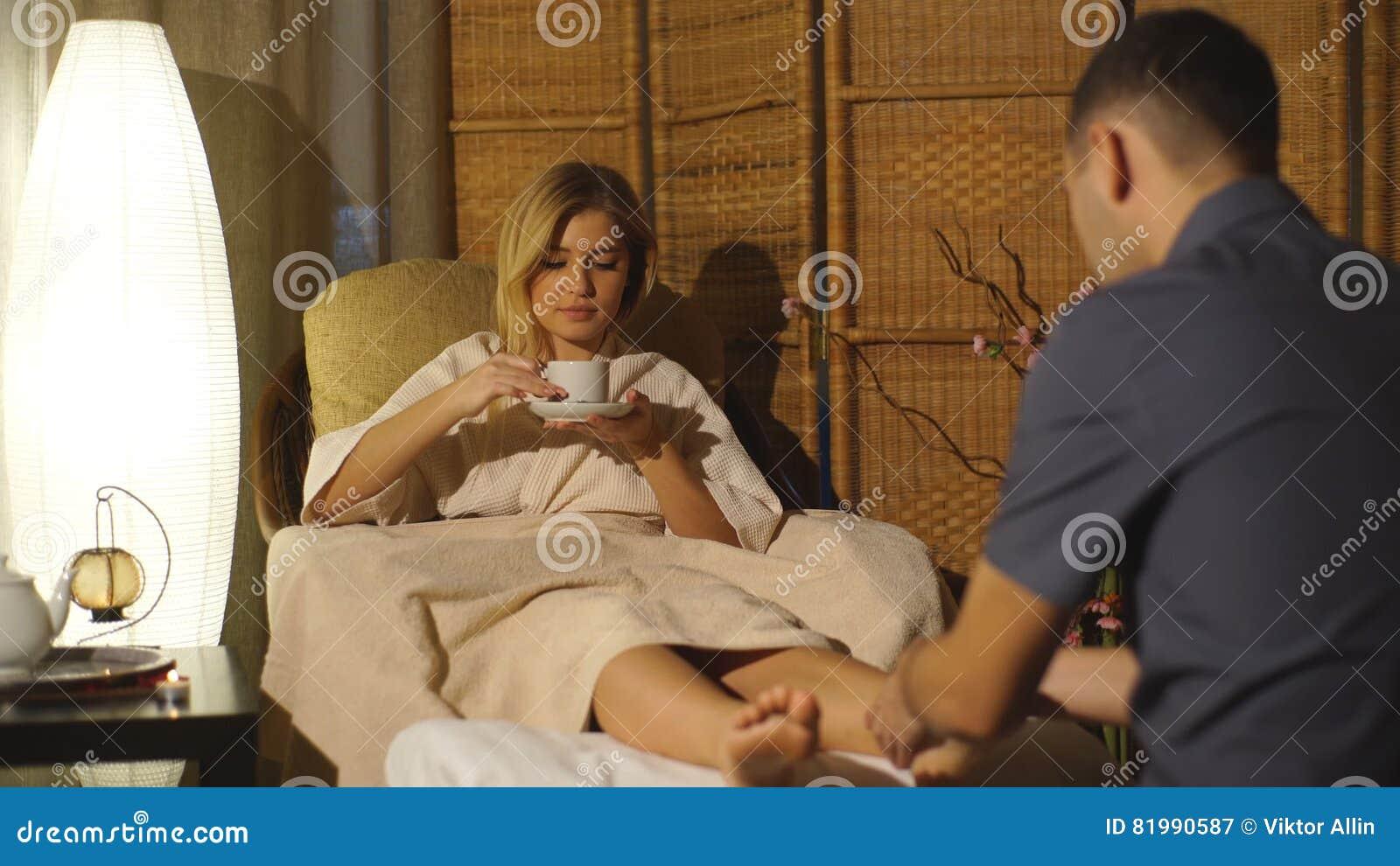 Русское молодая блондинка делает массаж красивой негритоской онлайн