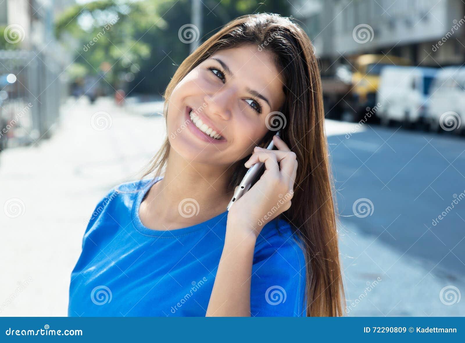 Download Красивая кавказская женщина в голубой рубашке на телефоне Стоковое Изображение - изображение насчитывающей латинско, бобра: 72290809