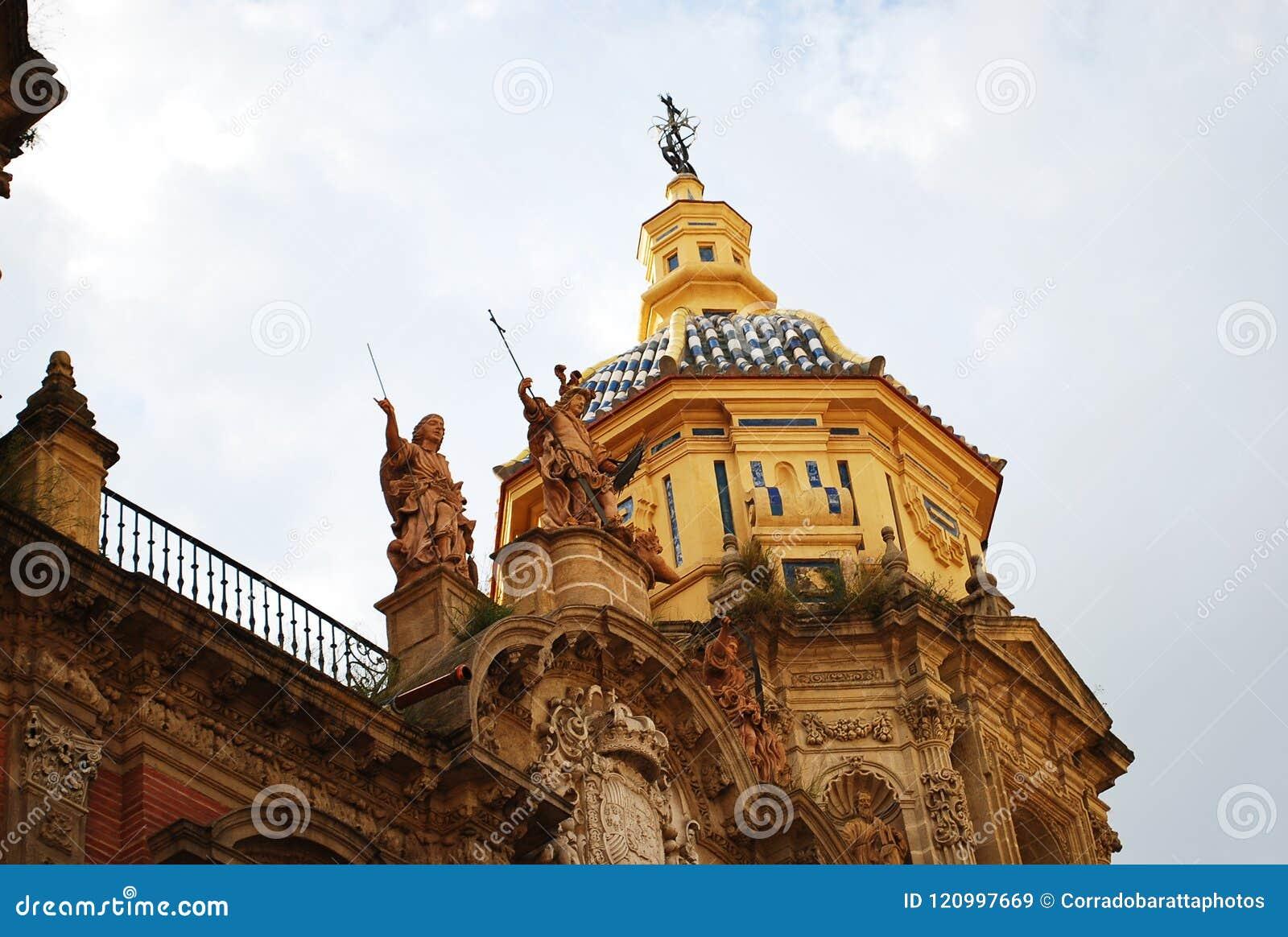 Красивая католическая церковь San Luis в Севилье, Испании