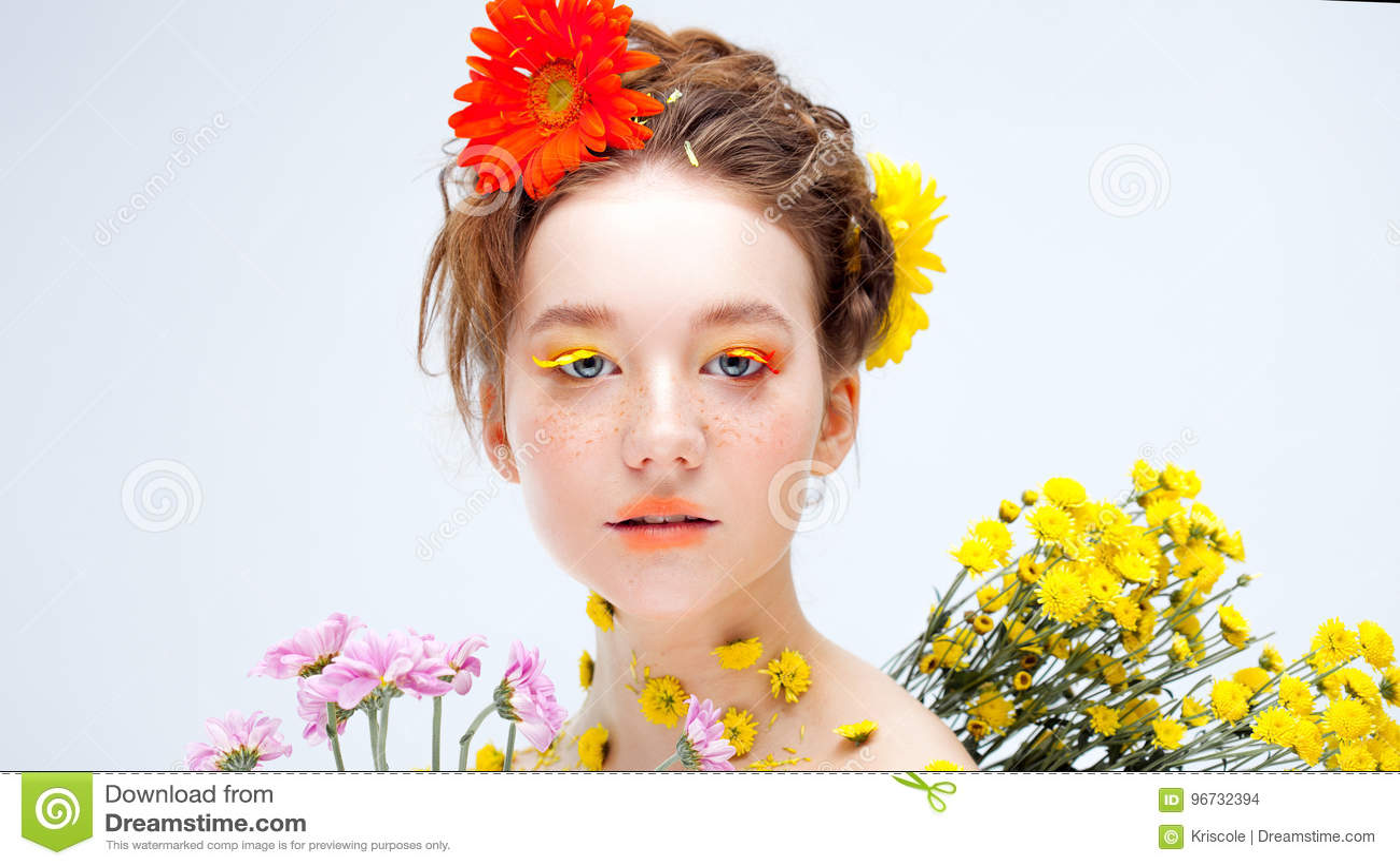 Красивая маленькая девочка в изображении флоры, портрета конца-вверх
