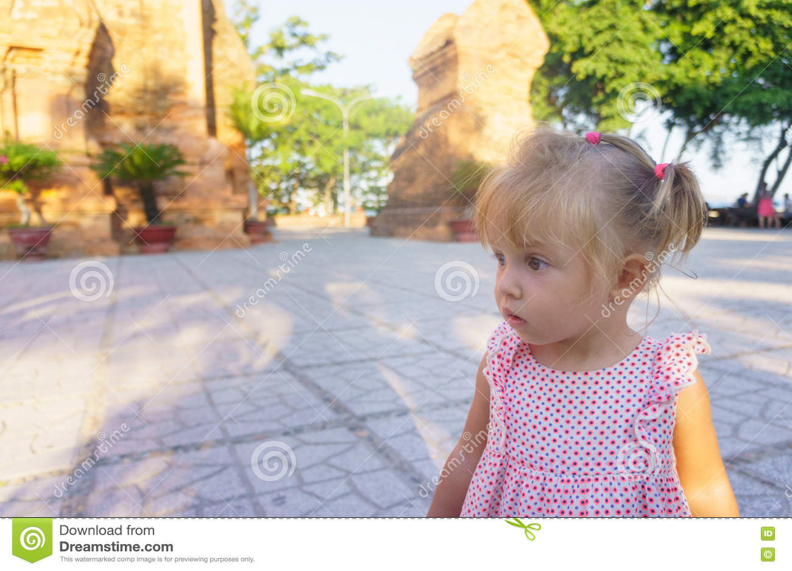 Красивая маленькая девочка на предпосылке возвышается Ponagar Вьетнам
