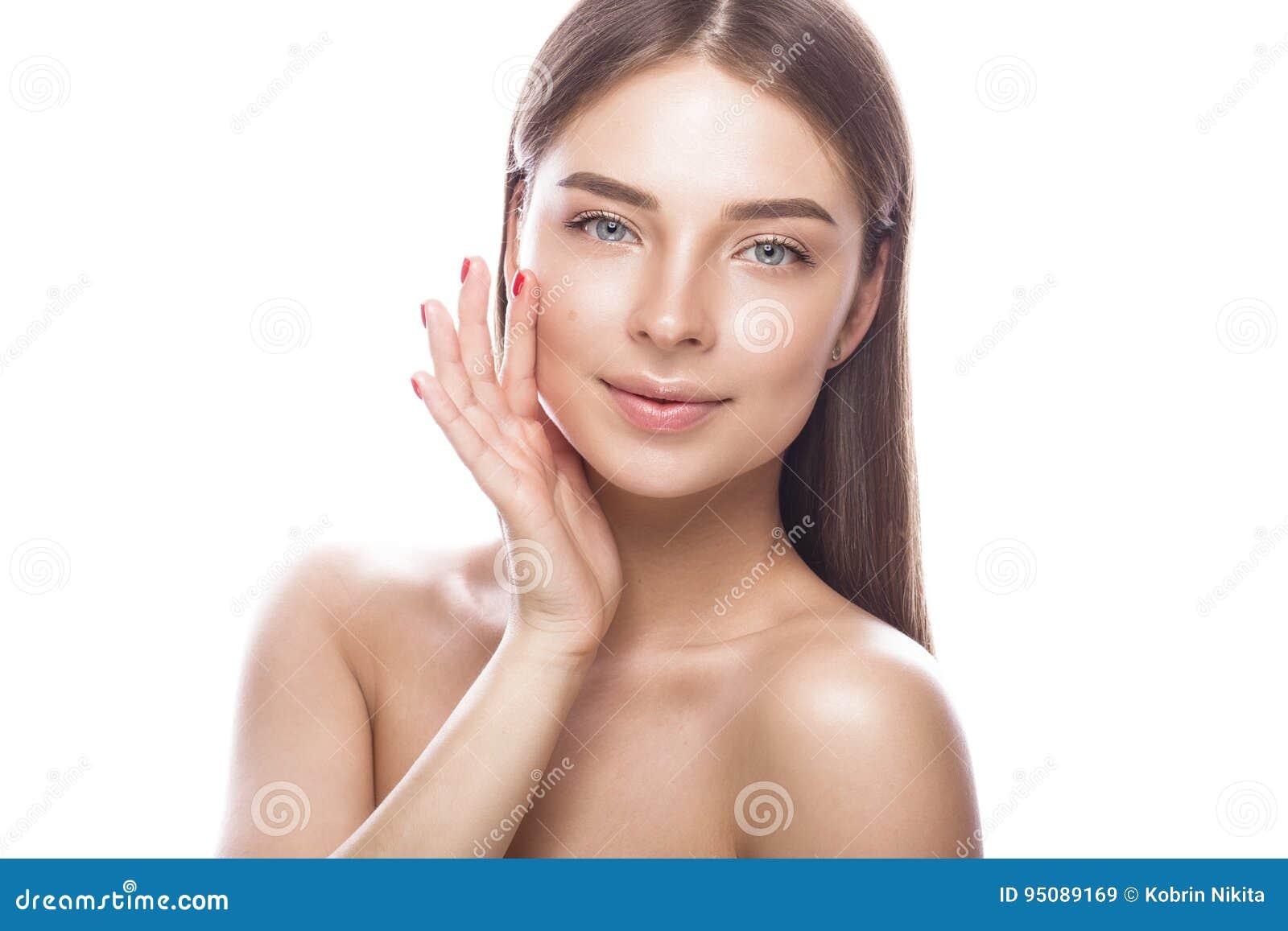 Красивая маленькая девочка с светлым естественным составом и совершенной кожей Сторона красотки