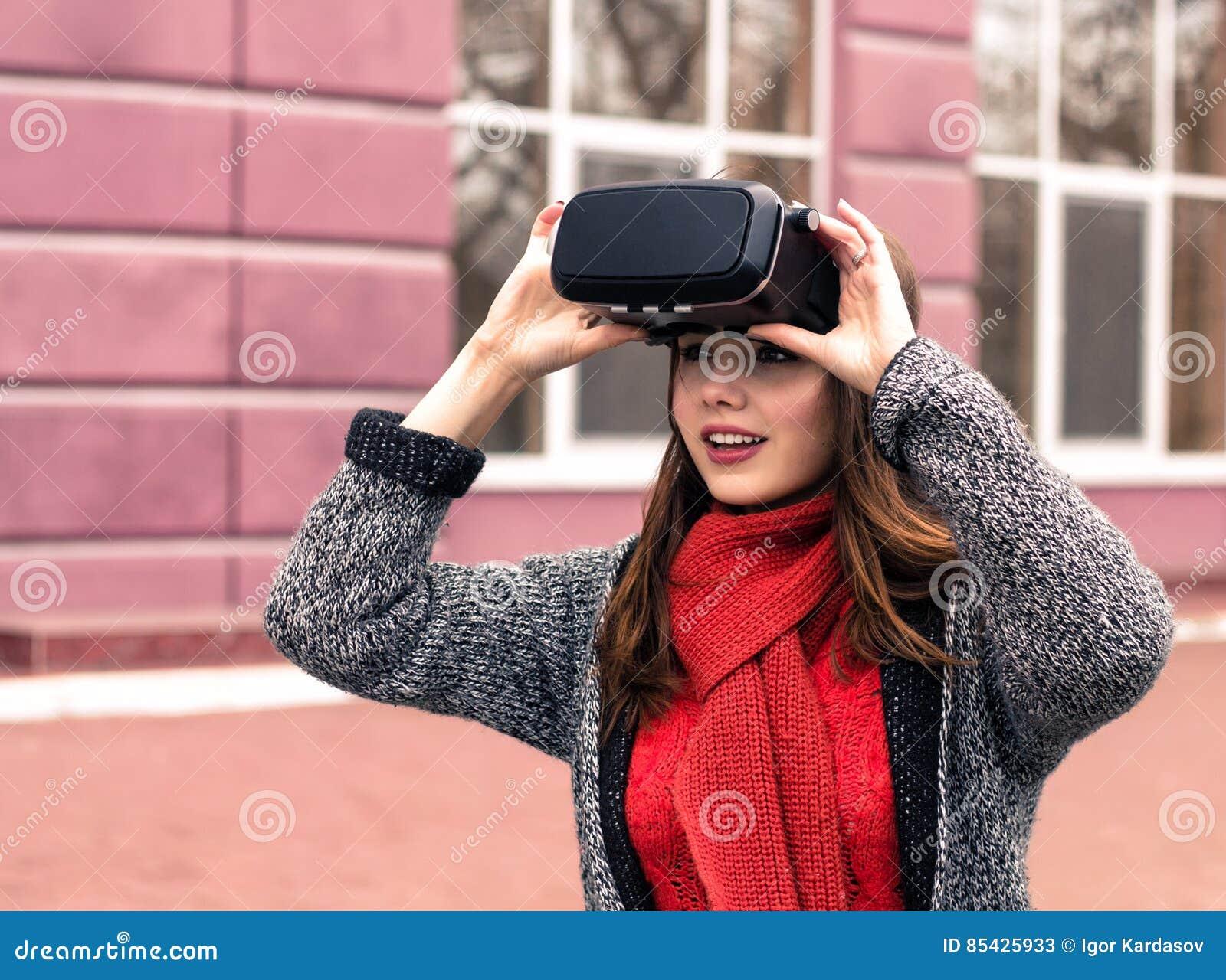Красивая маленькая девочка с шлемофоном виртуальной реальности или стеклами 3d