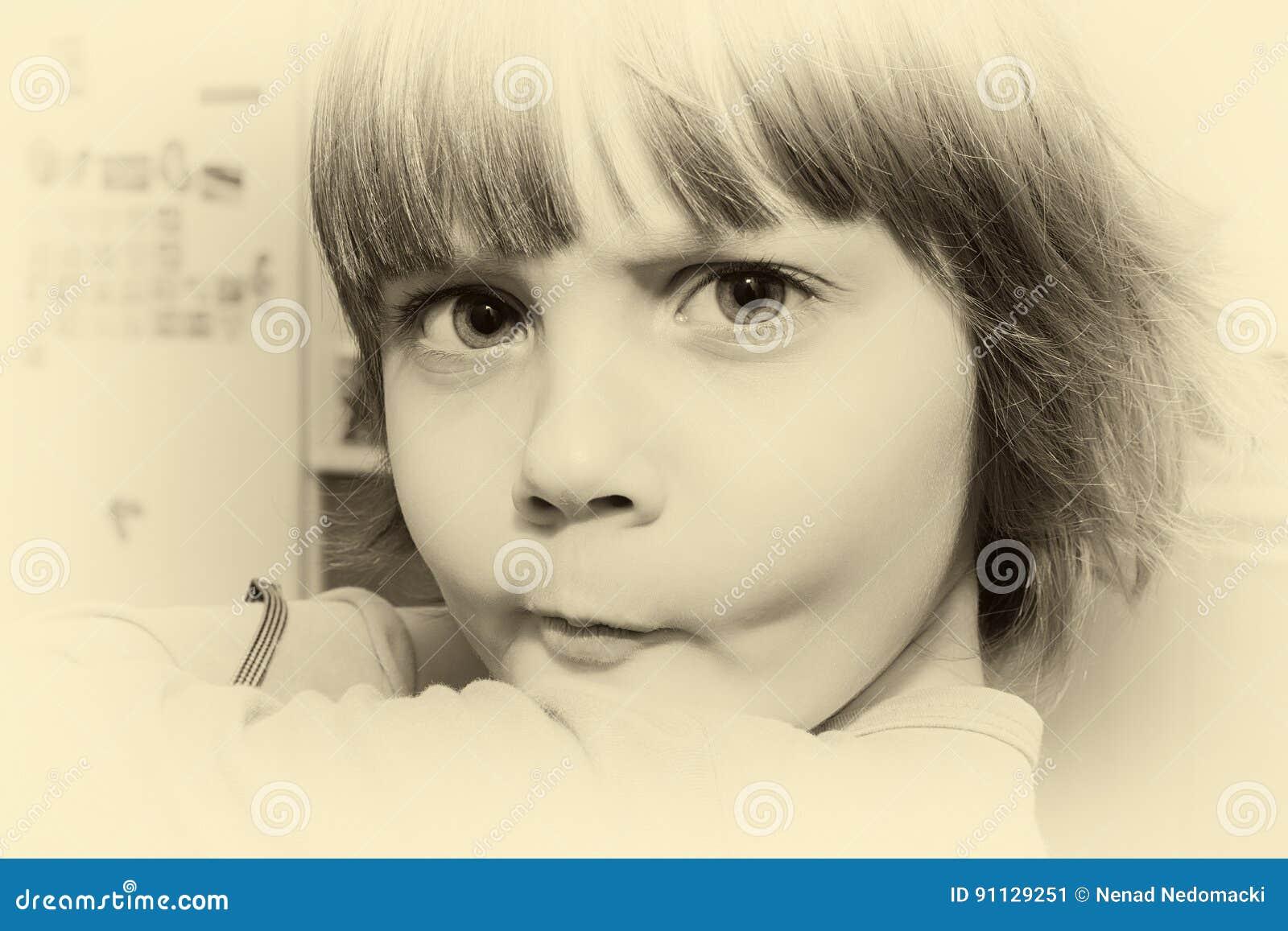 Красивая маленькая маленькая девочка делая сторону