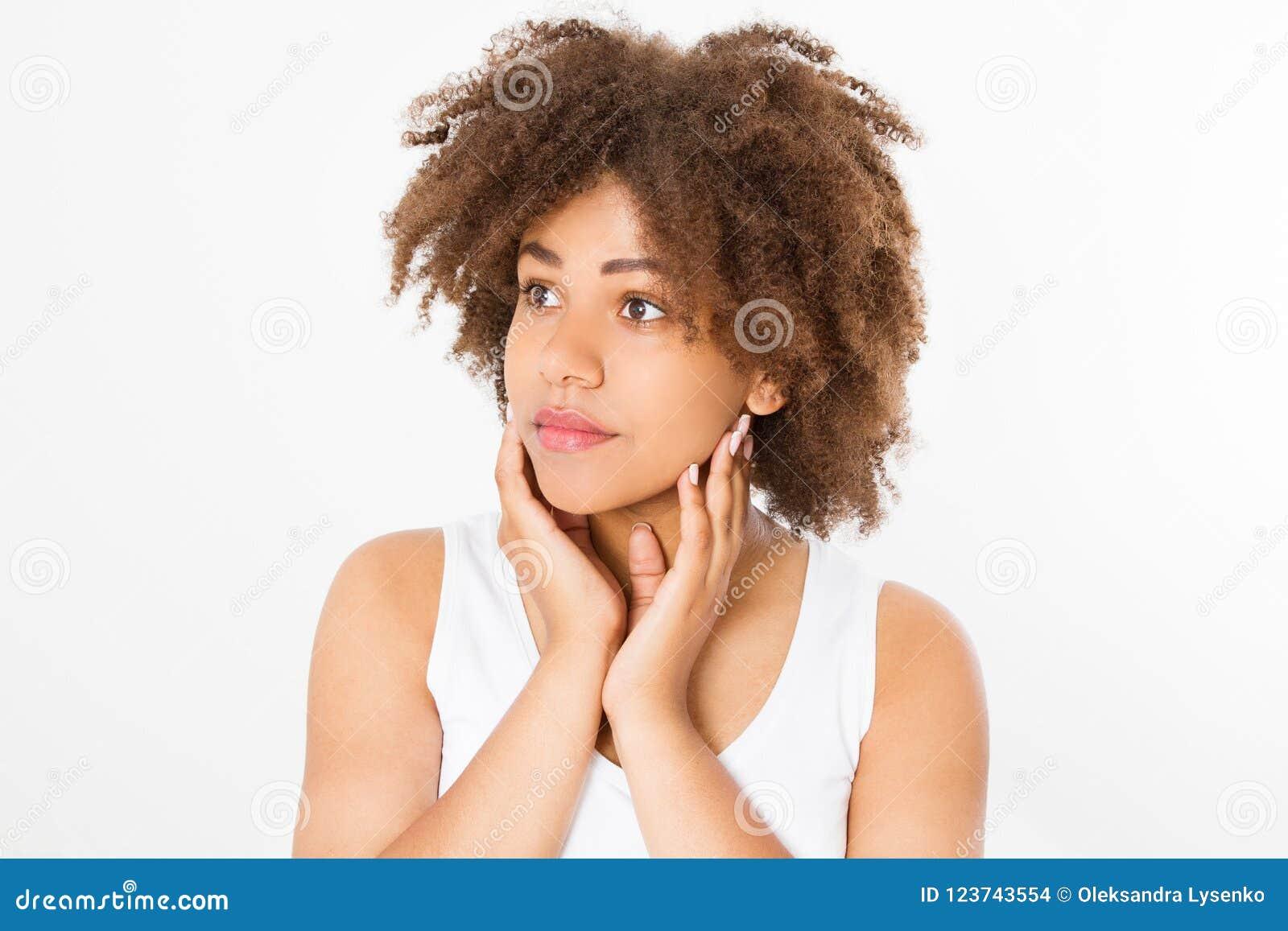 Красивая молодая Афро-американская женщина изолированная на белой предпосылке скопируйте космос Насмешка вверх Забота кожи, курор