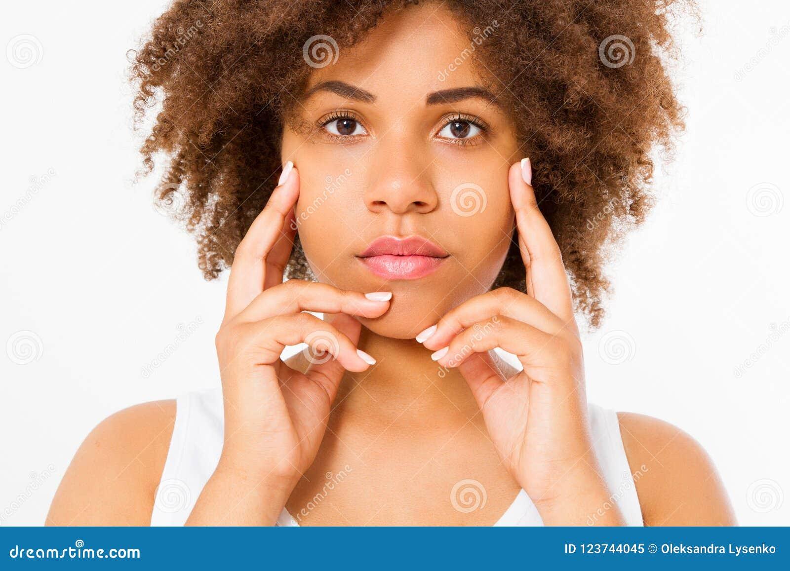 Красивая молодая Афро-американская сторона макроса женщины изолированная на белой предпосылке скопируйте космос Забота кожи, куро