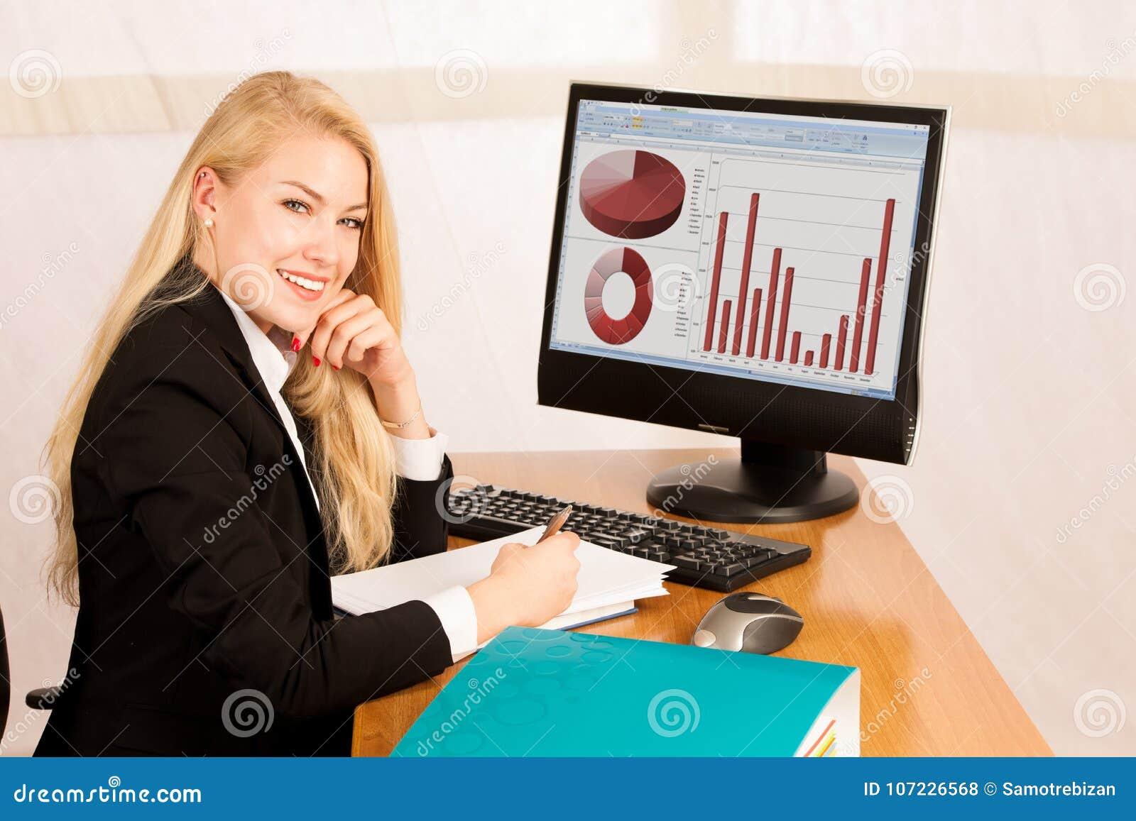 Блондинка за компьютером видео, стоны и крики во время секса видео