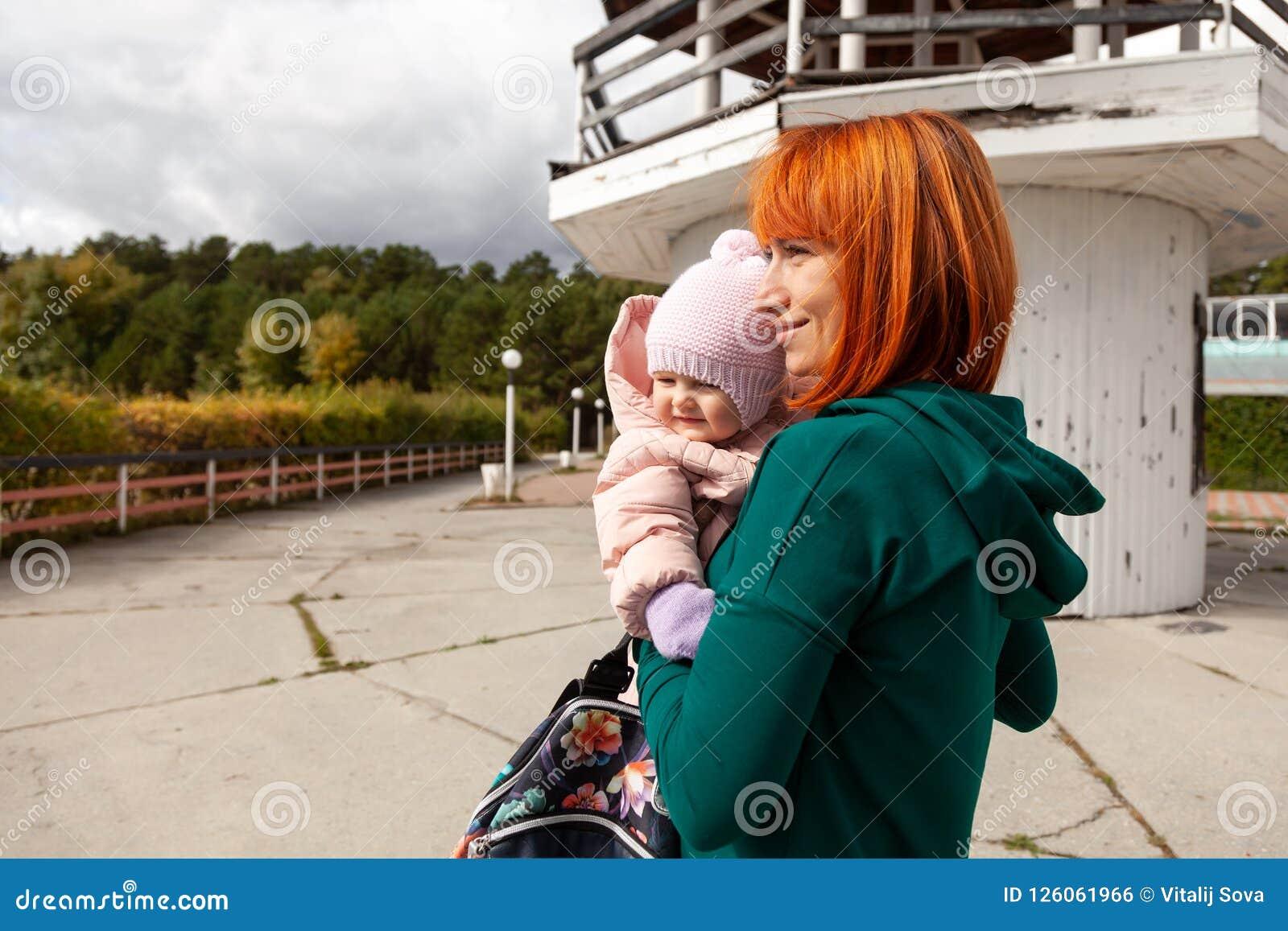 Красивая молодая женщина с младенцем