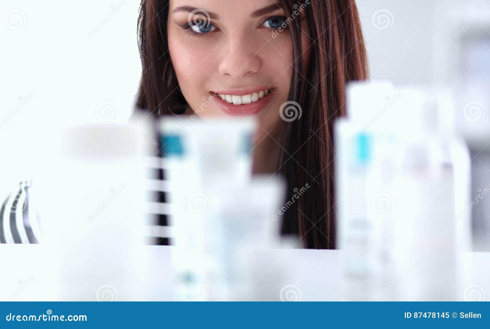 Красивая молодая женщина в магазине