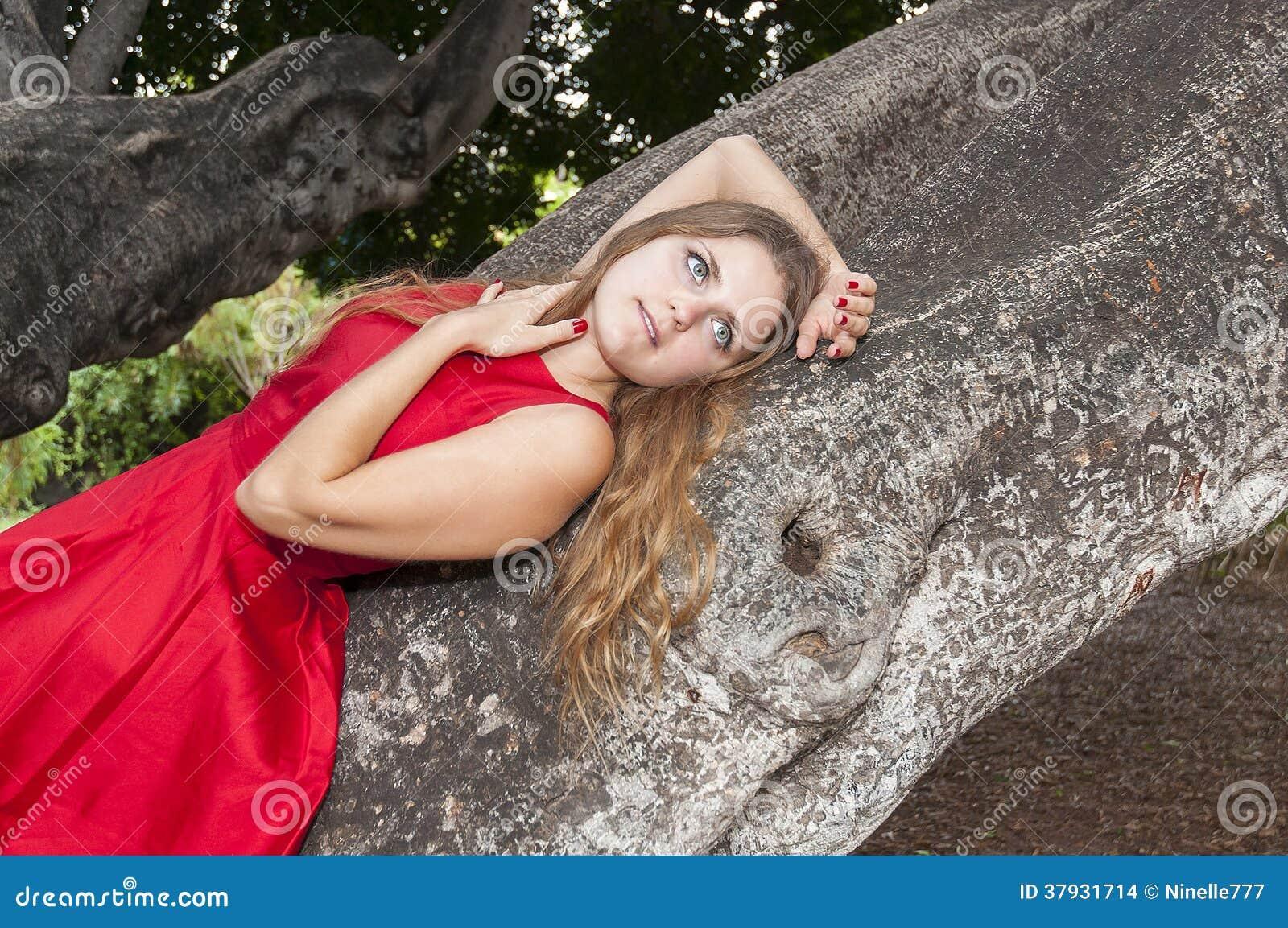 Красивая молодая женщина в парке