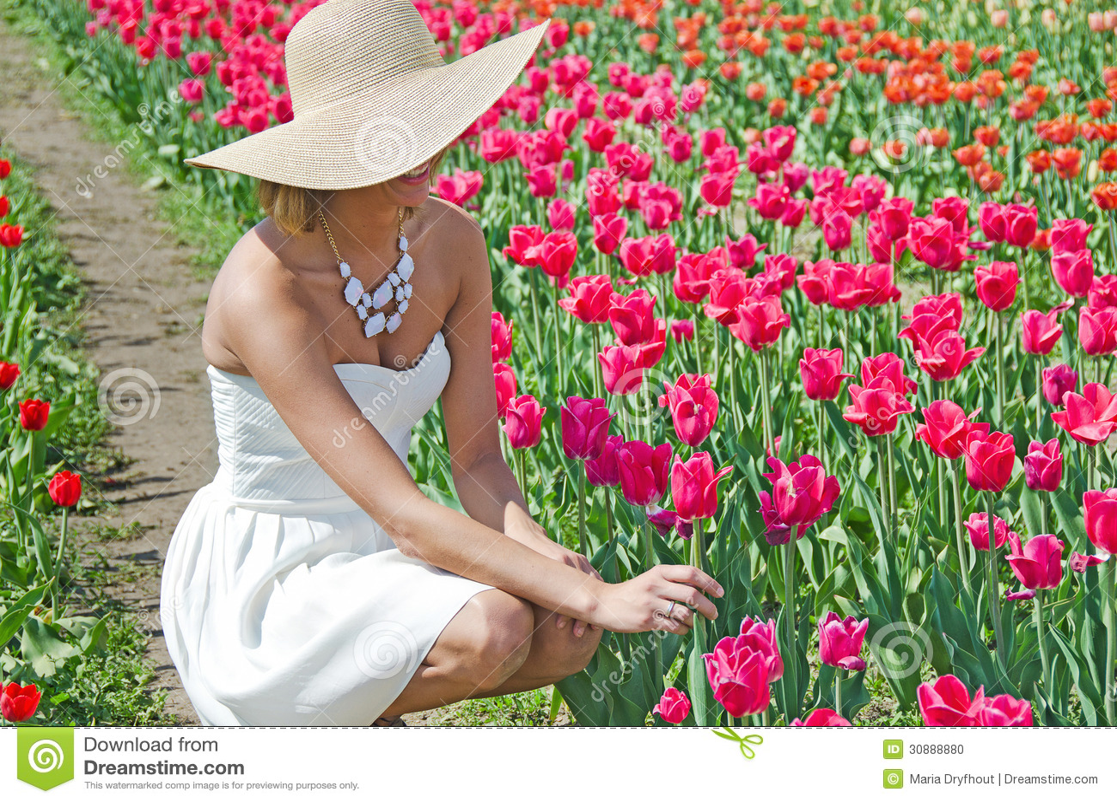 Красивая молодая женщина в тюльпанах