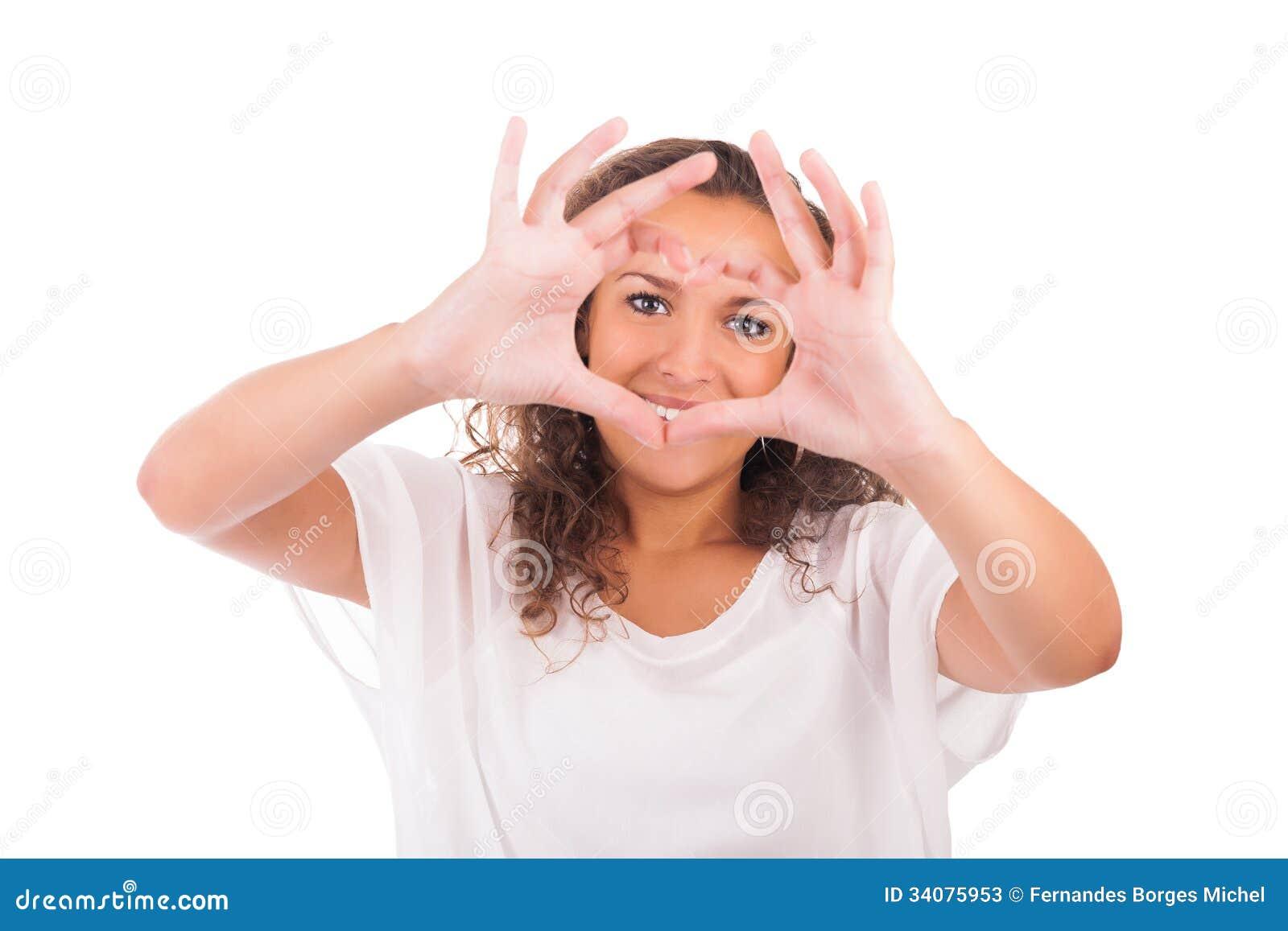 Красивая молодая женщина делая сердце с руками