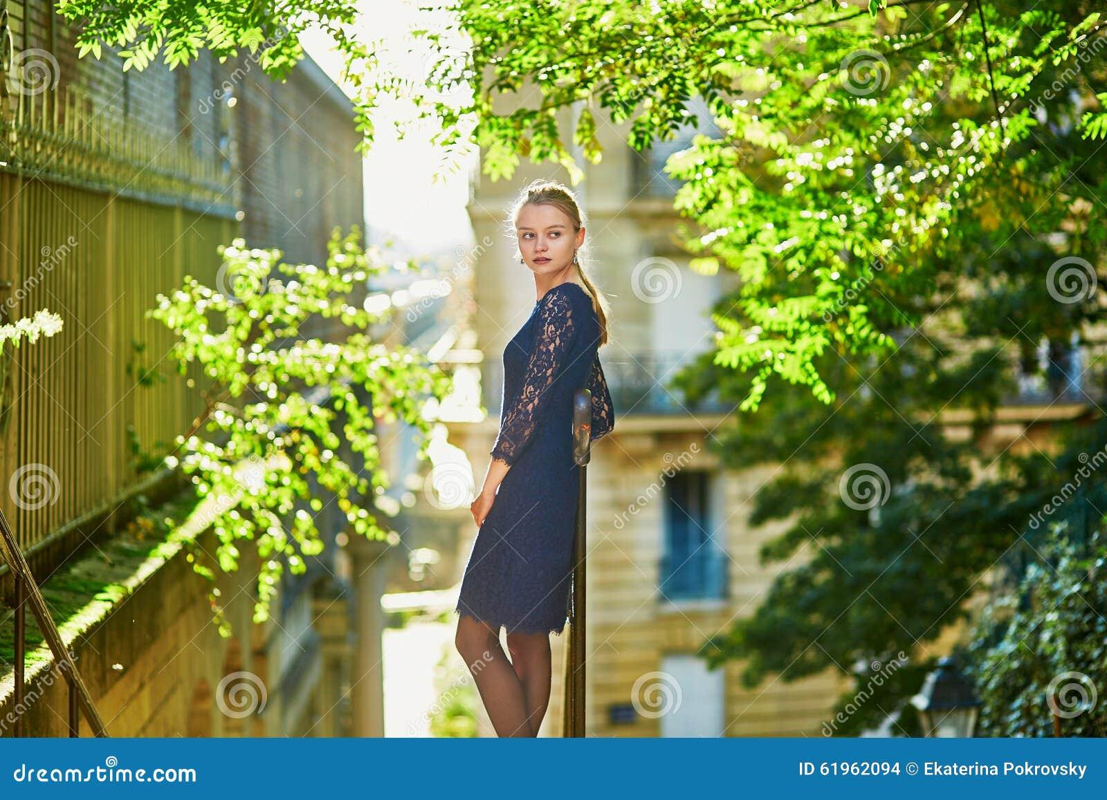 Красивая молодая женщина на улице Парижа