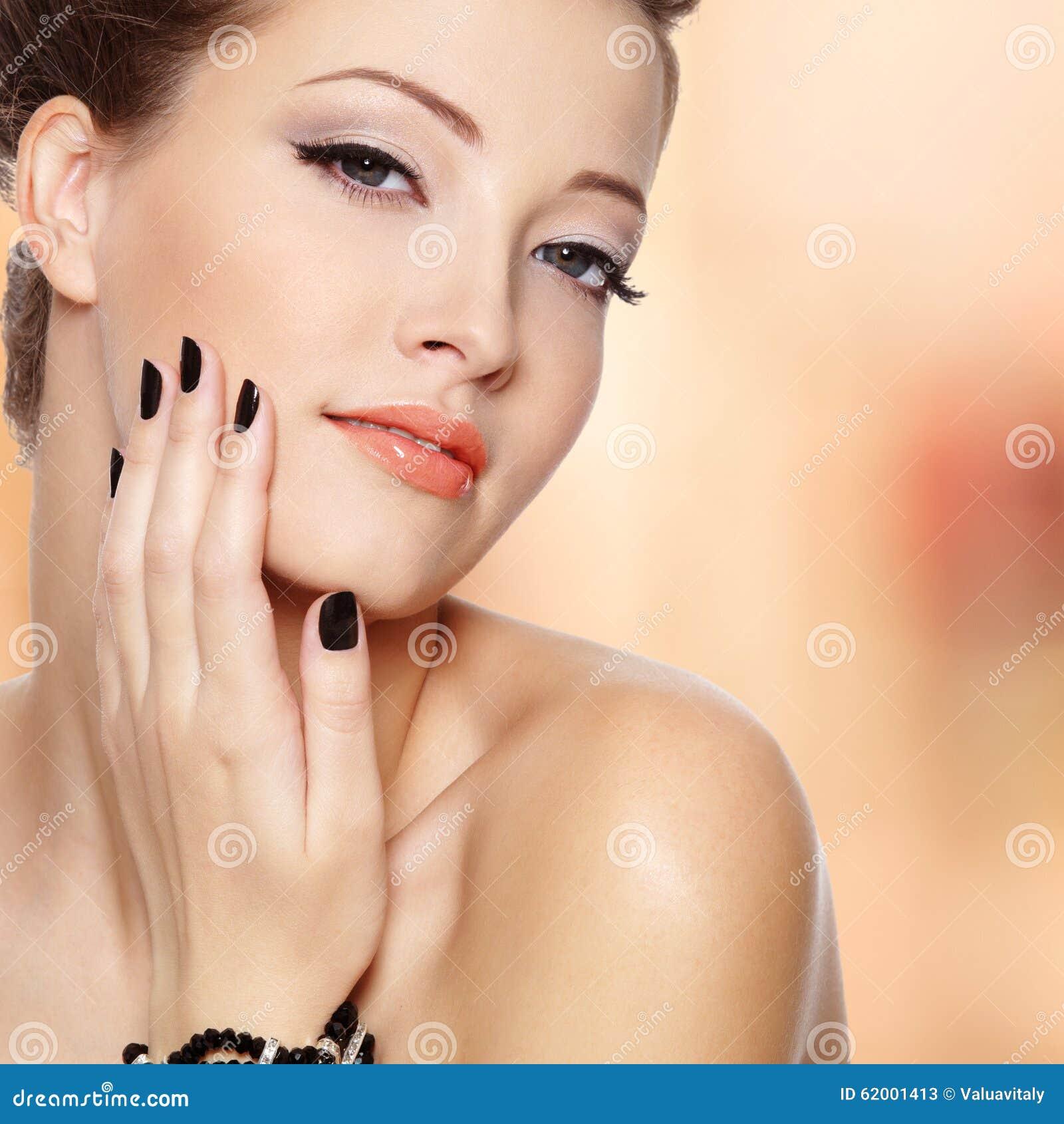 Красивая молодая женщина с черными ногтями