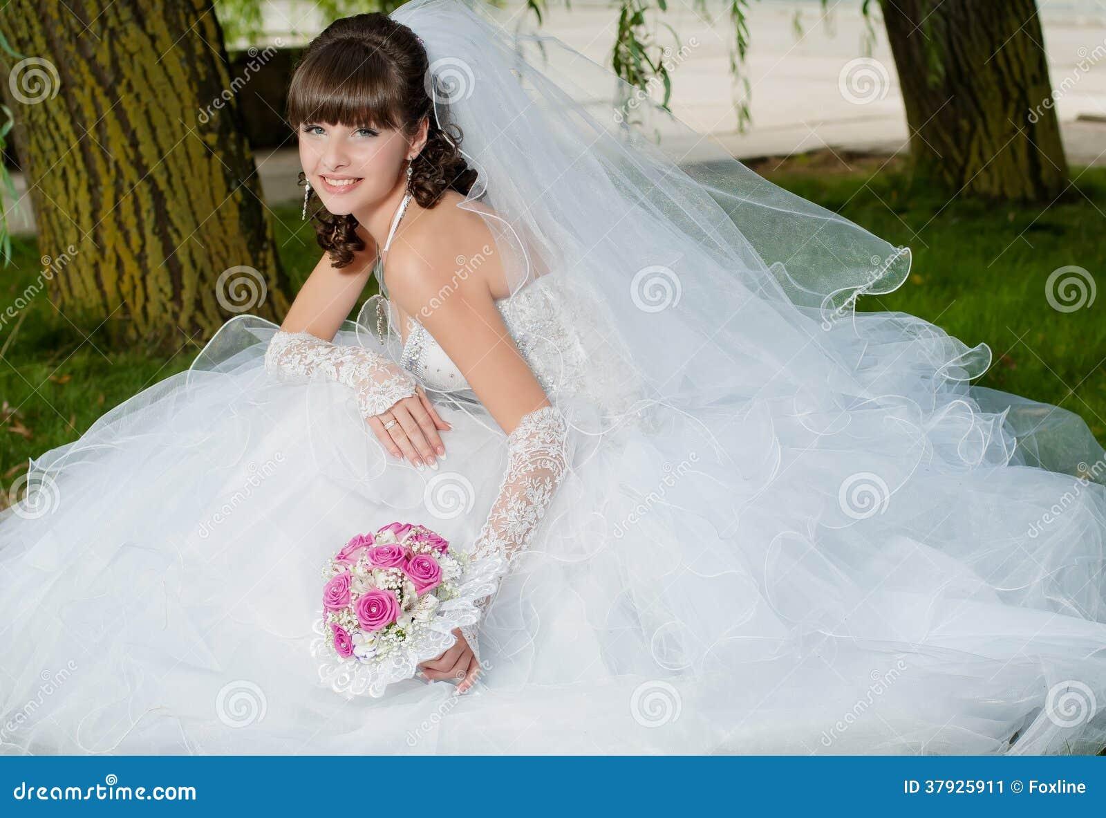 Красивая невеста в платье свадьбы на природе