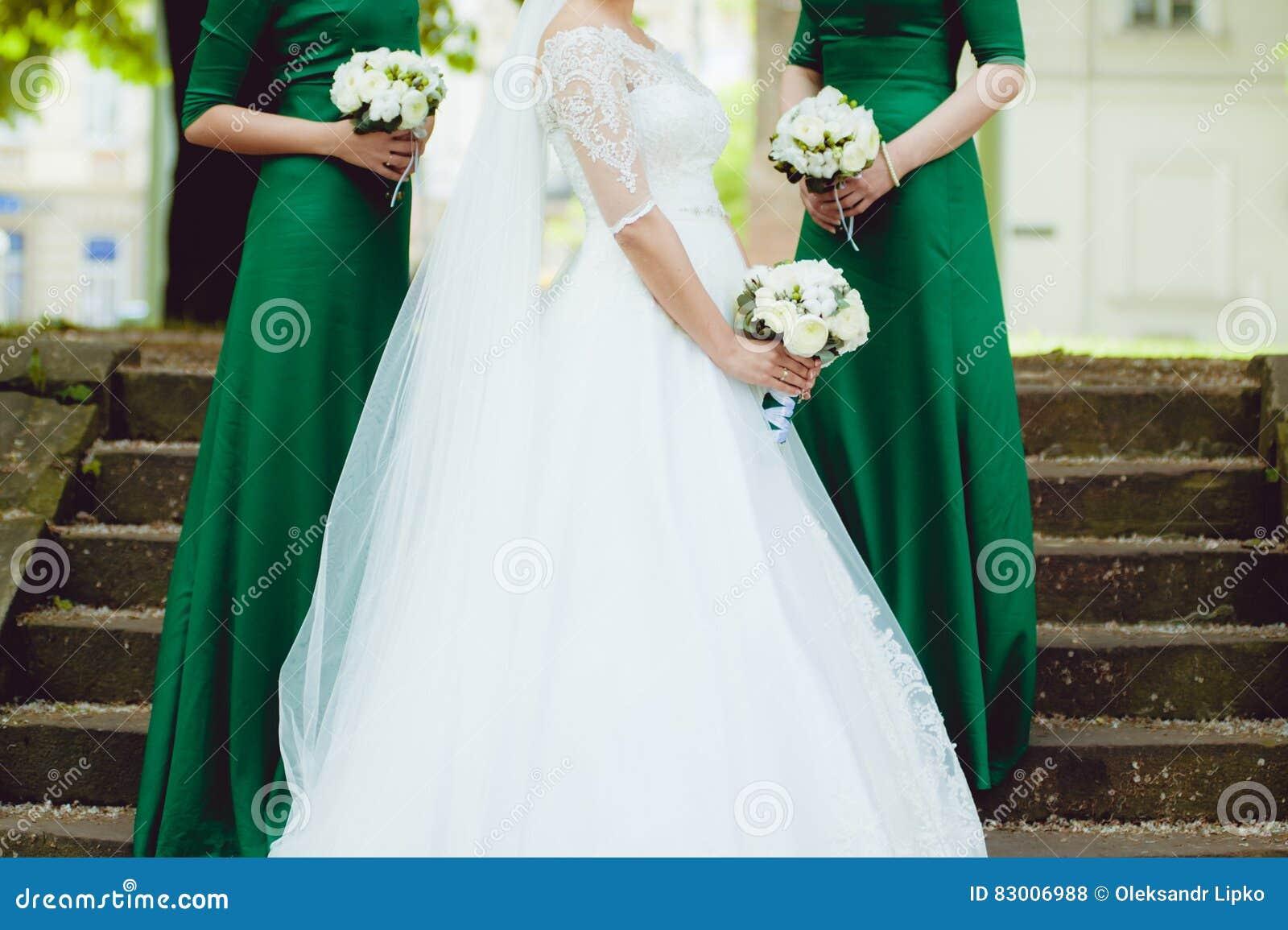 Красивая невеста с большим букетом свадьбы