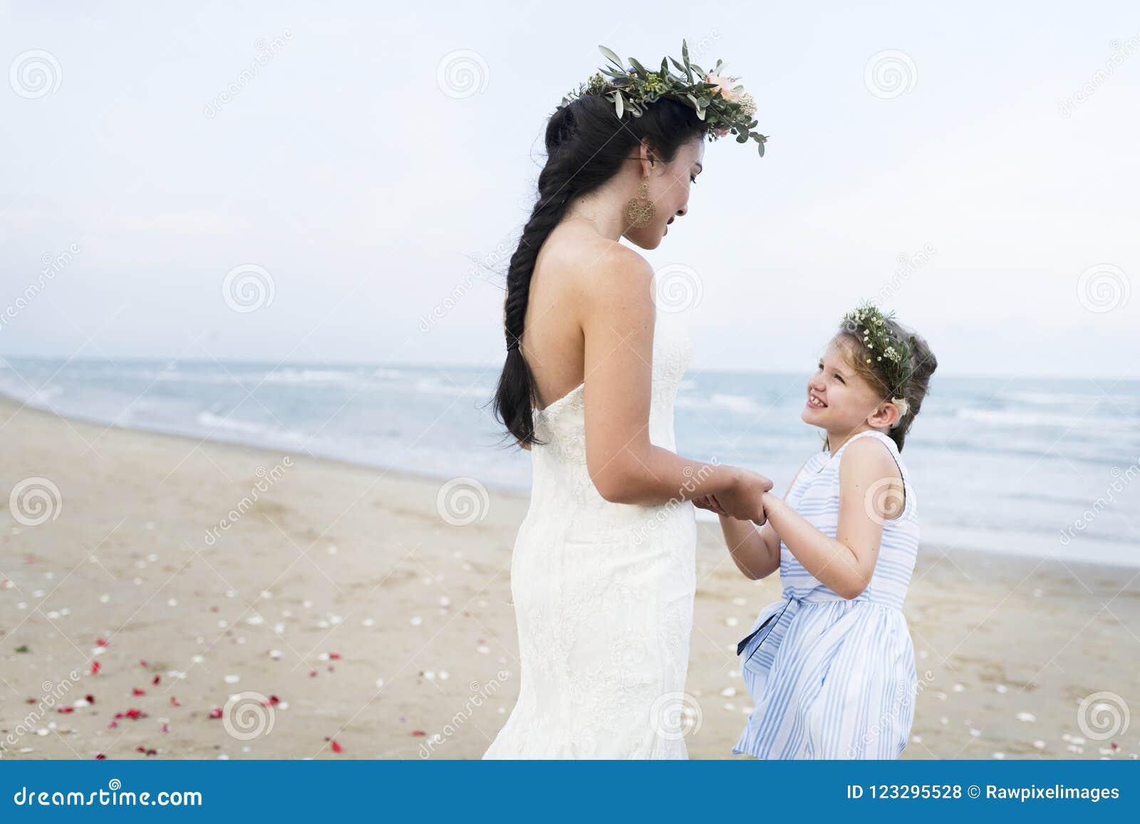 Красивая невеста с ее девушкой цветка