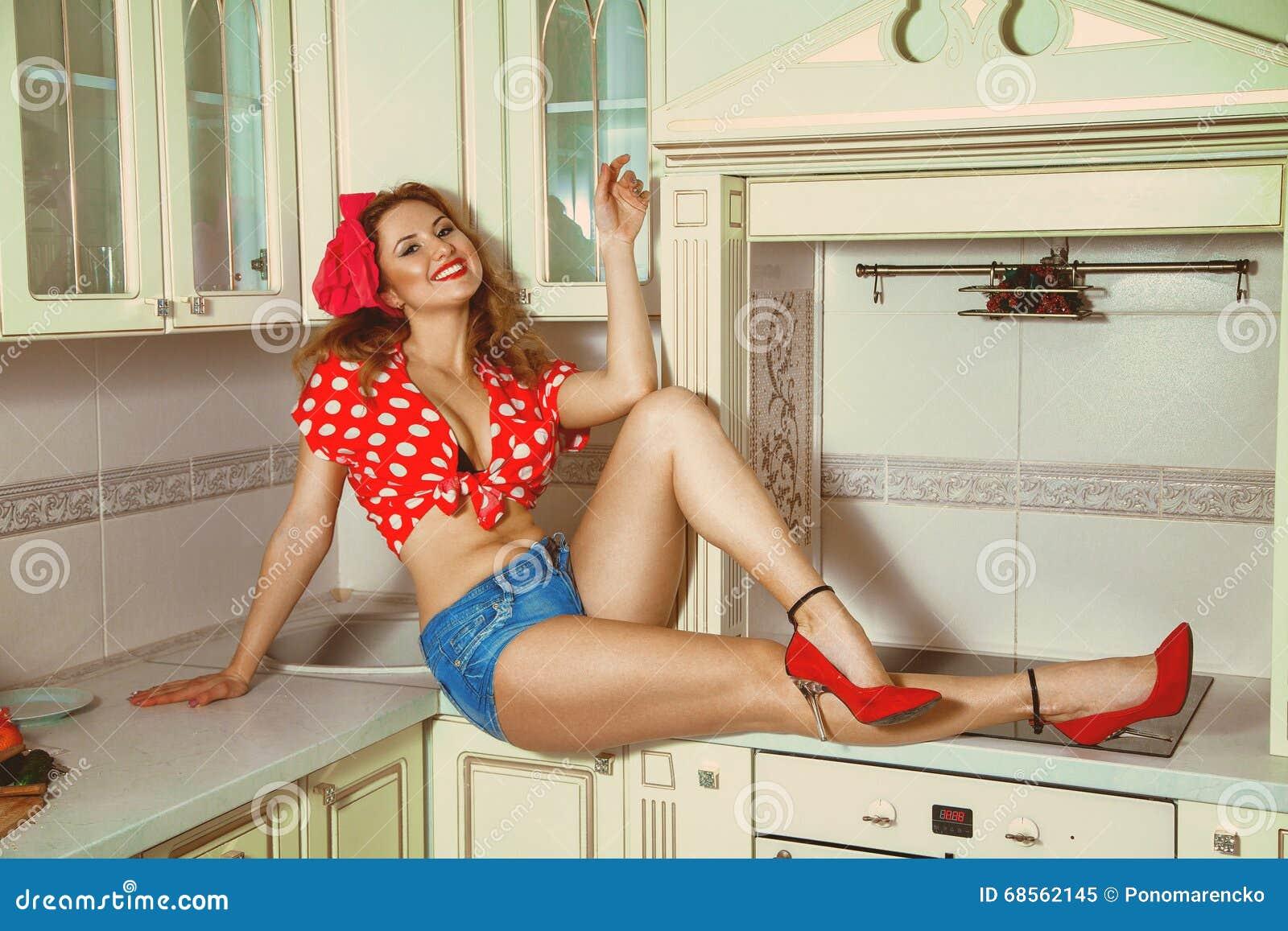Сексуальная домохозяйка на кухне