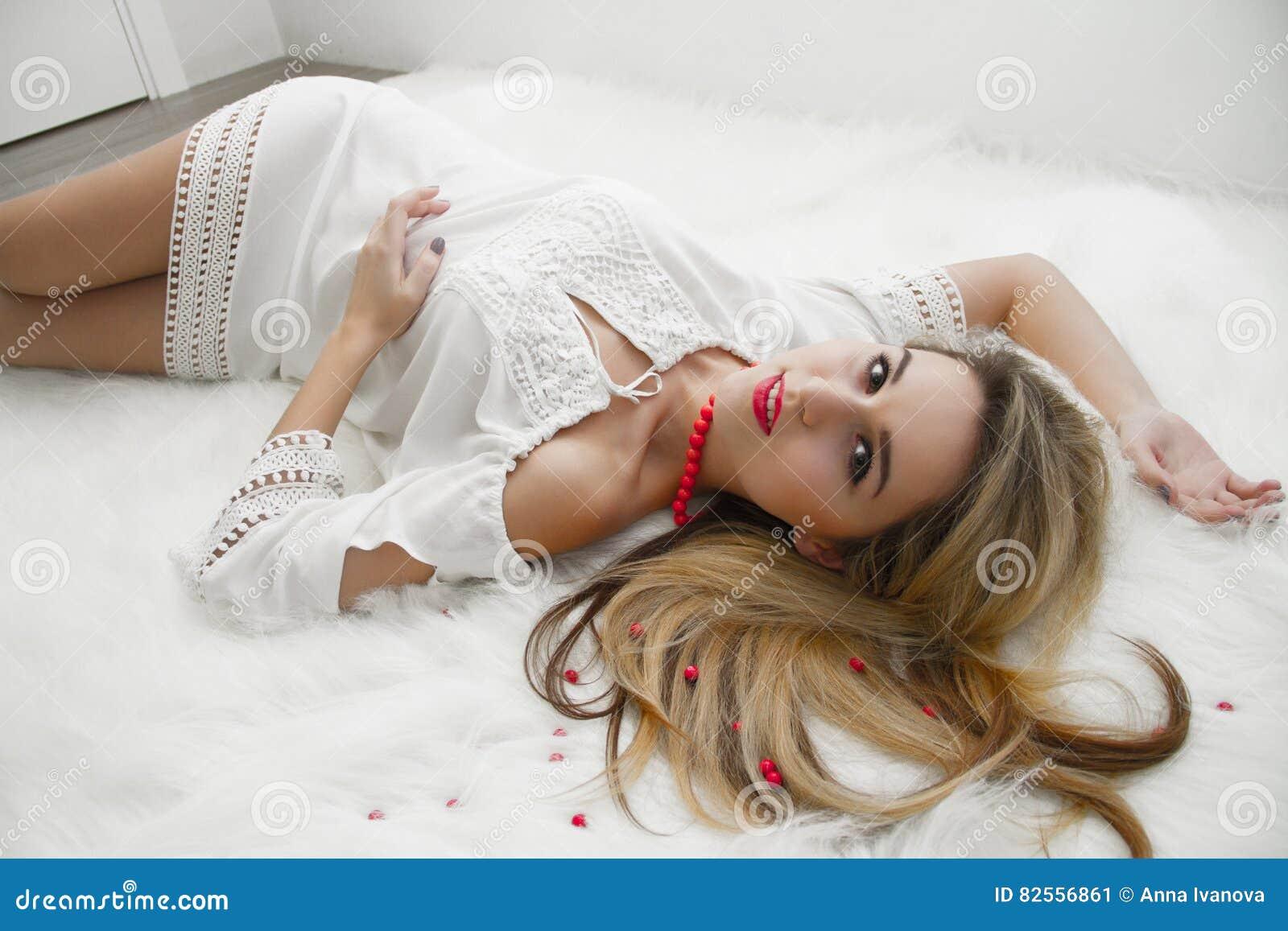 Блондинка в спальнп фото 410-907