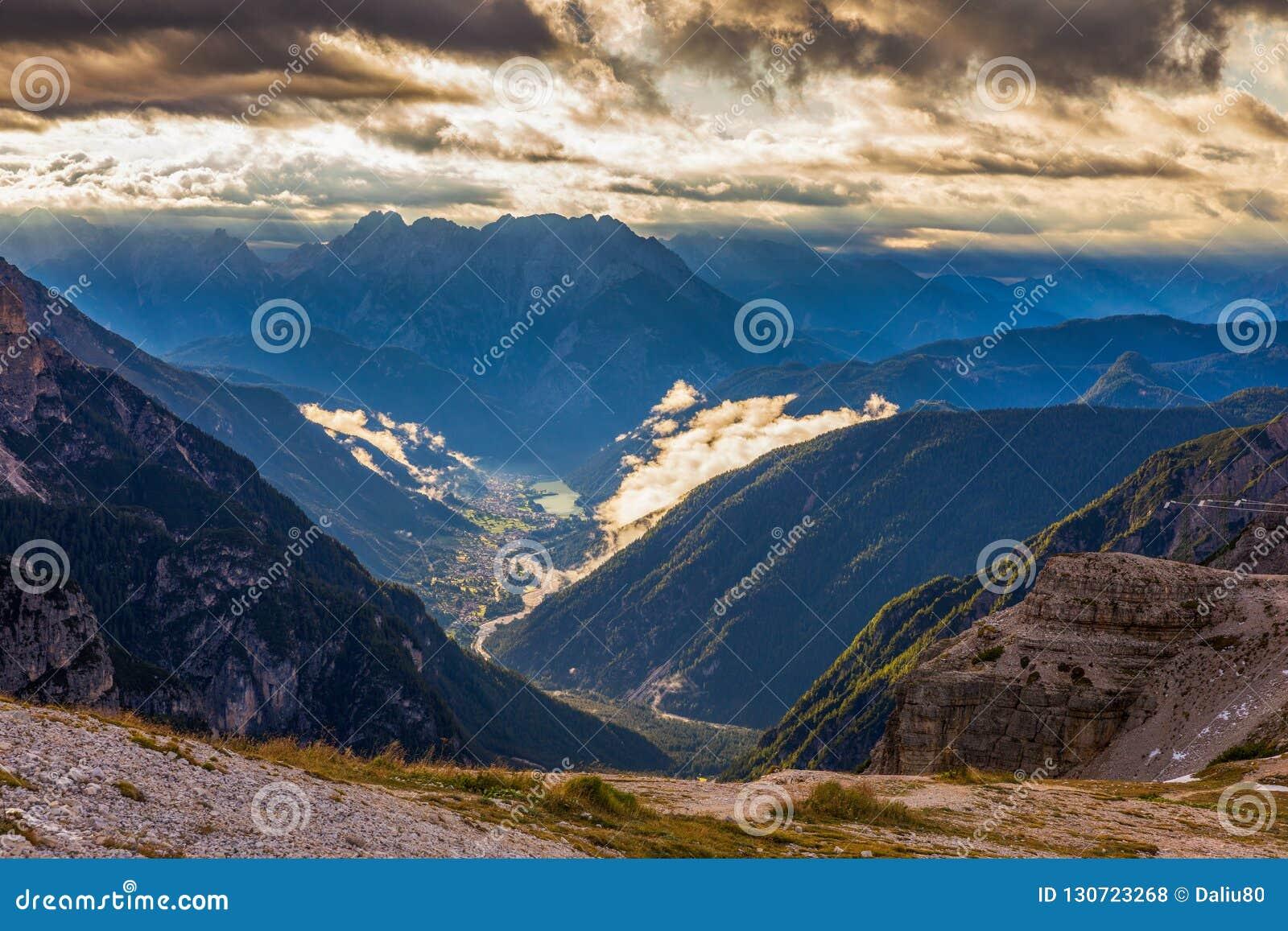 Красивая панорама горы в горах доломитов Cime d Tre