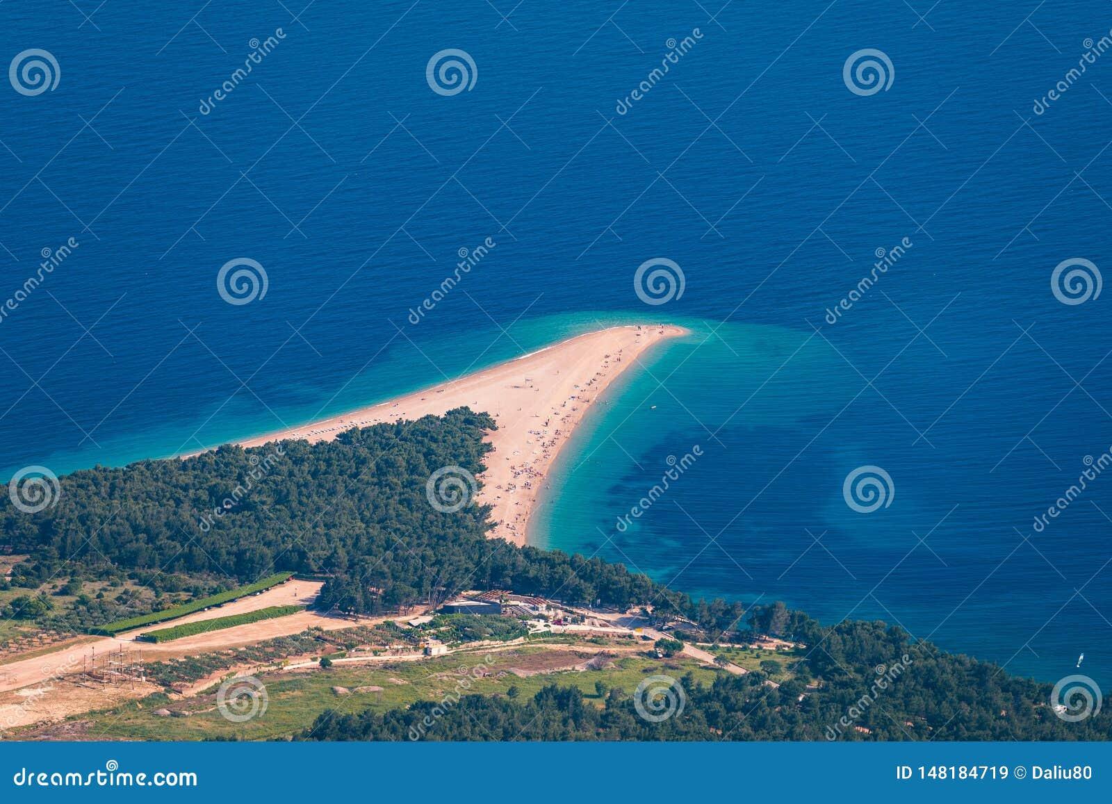 Красивая панорама известной адриатической крысы Zlatni пляжа (золотая накидка или золотой рожок) с водой бирюзы, островом Brac Хо