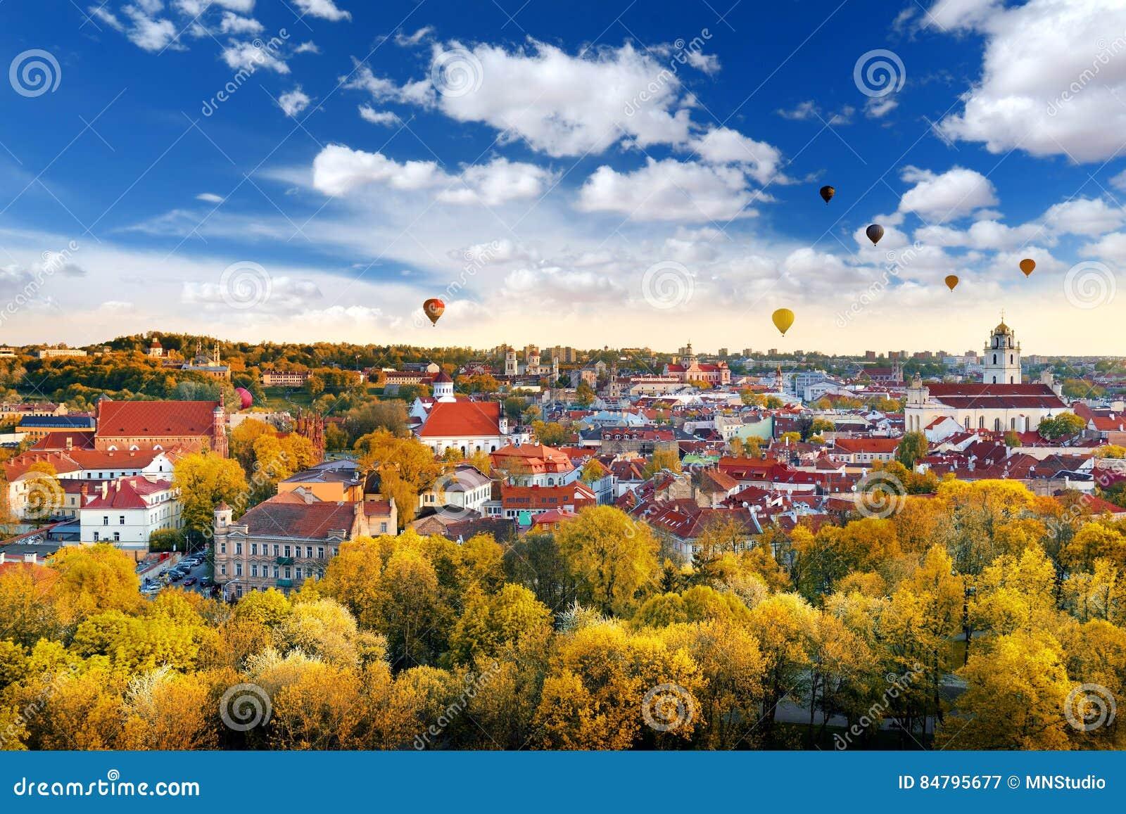 Красивая панорама осени городка Вильнюса старого с красочными горячими воздушными шарами в небе
