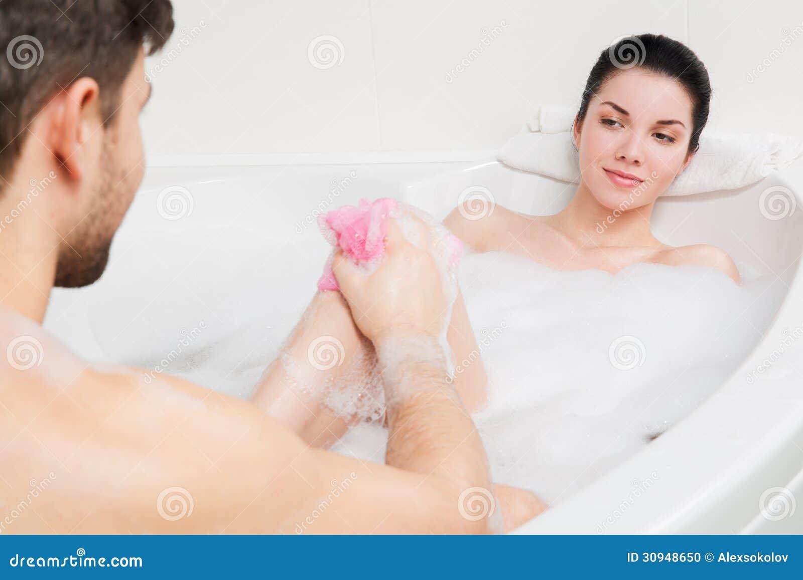 Парочка купается ванной фото, презерватив натягивает на член
