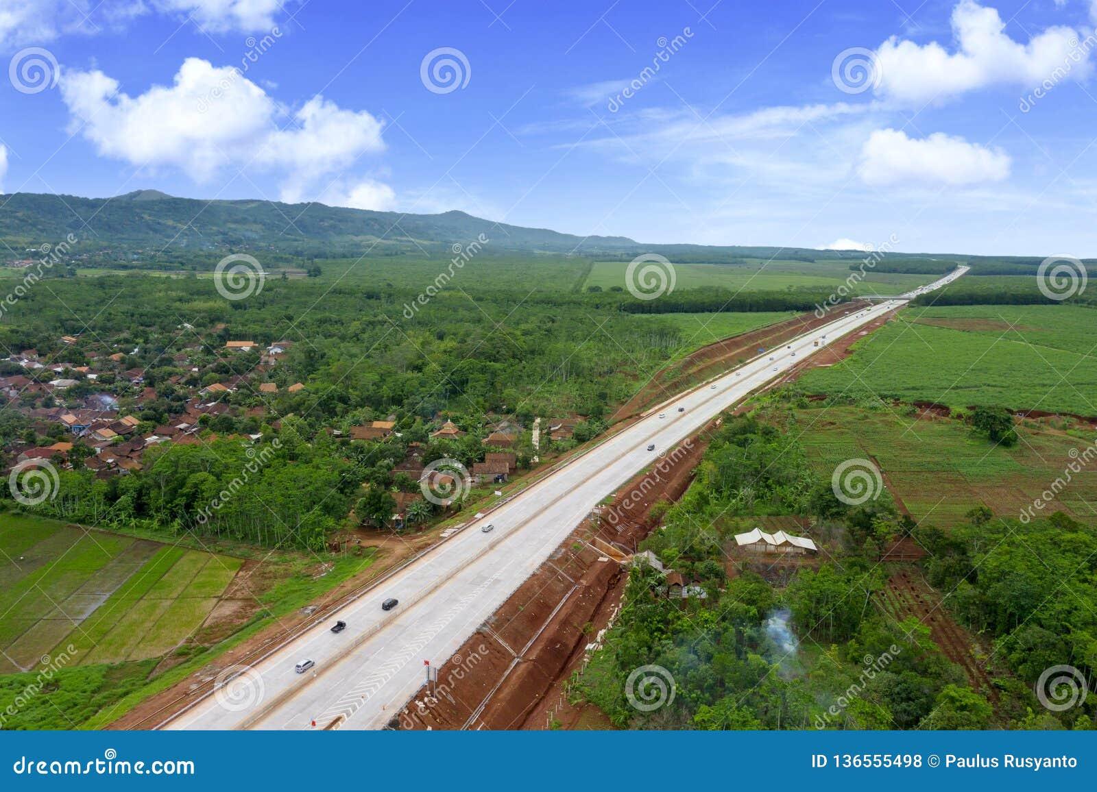 Красивая платная дорога Ungaran под голубым небом