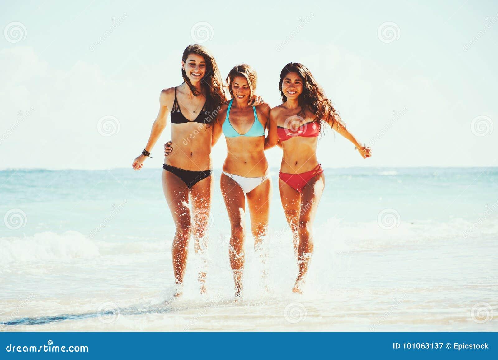 Силой видео красивых телок на пляже девушка