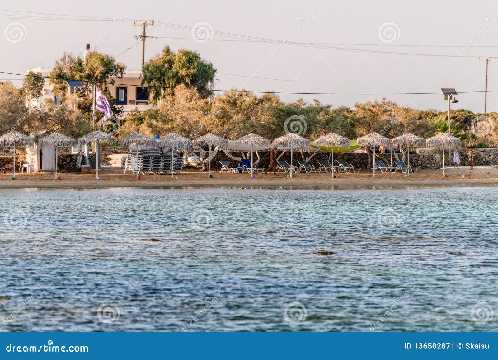 Красивая природа острова Antiparos Греции с кристаллическим открытым морем и изумляя взглядами