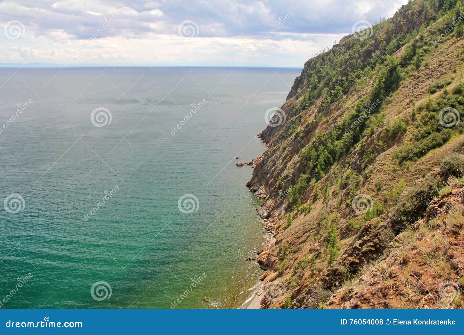 Красивая природа озера в лете, высокие горы и ясность зеленеют, фиолетовая вода Lake Baikal, Сибиря, России - ландшафта