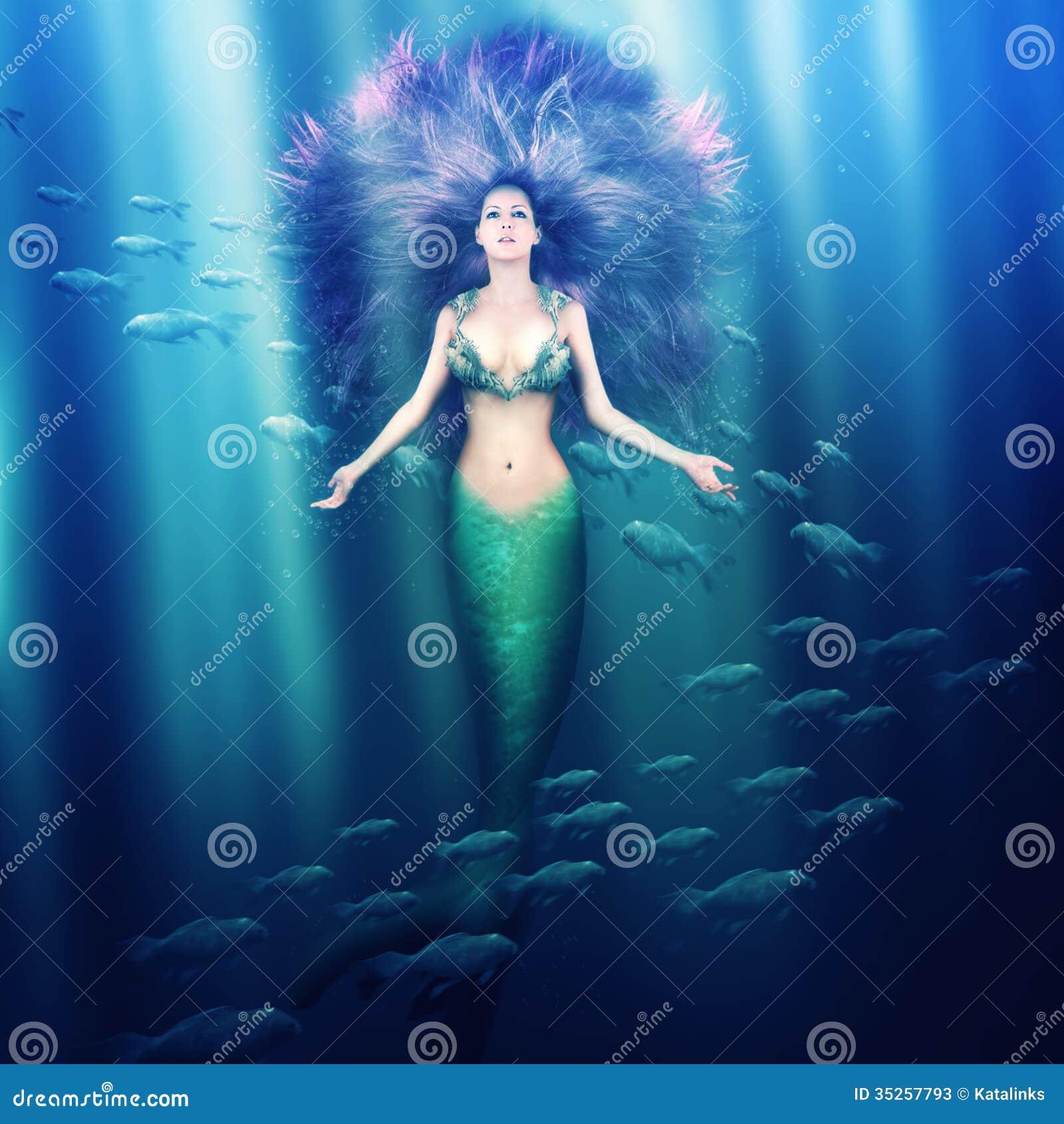 Красивая русалка женщины в море