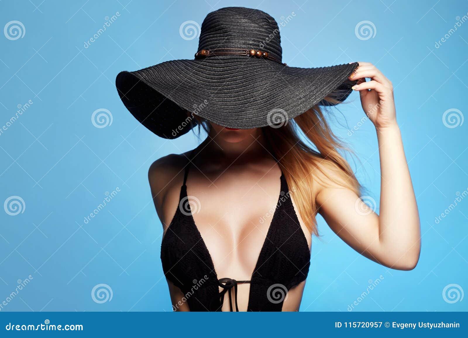 Красивая сексуальная женщина в шляпе