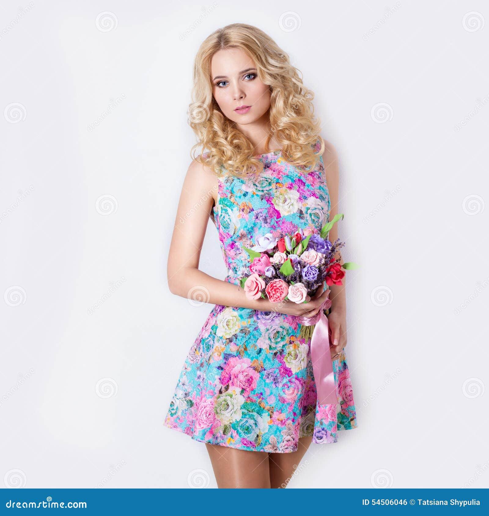 Платье сексуально скромное